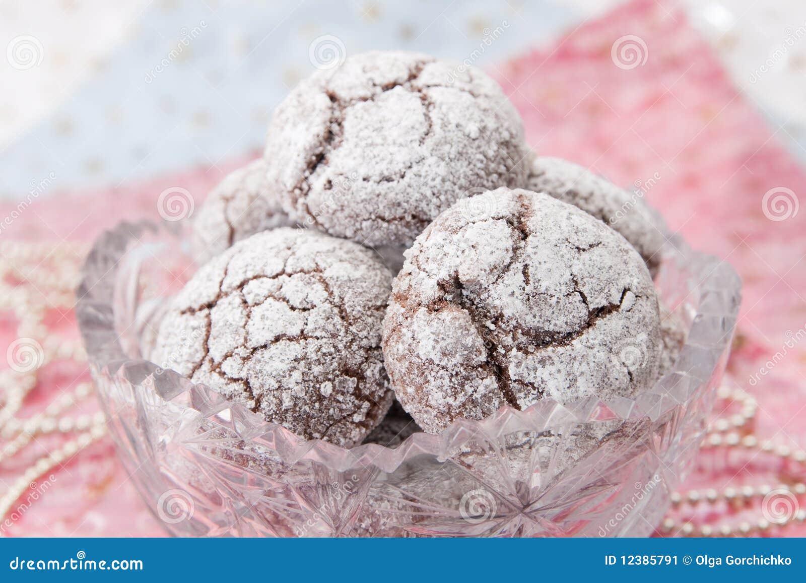 De koekjes van de chocolade in kristalkom en decoratie stock afbeelding afbeelding 12385791 - Decoratie van de villas ...