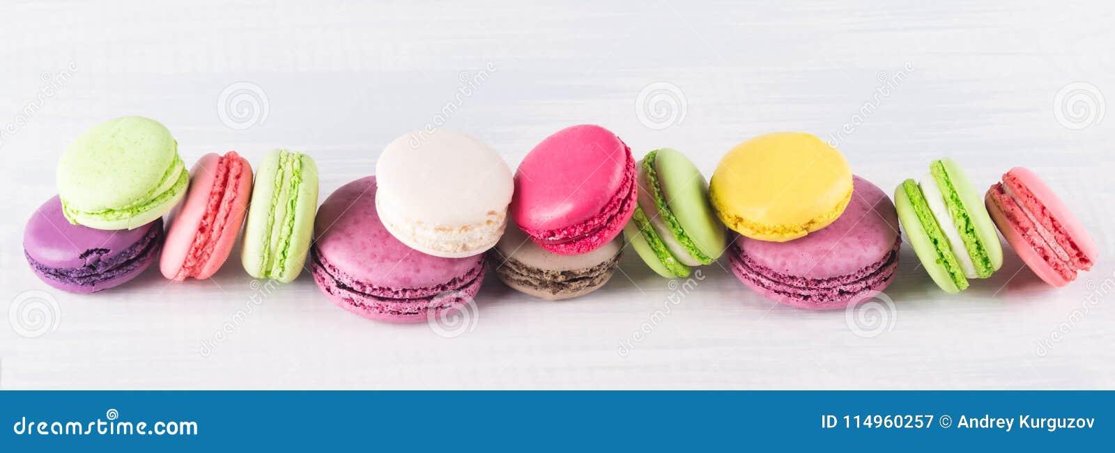 De koekjesmacaroni van verschillende kleuren ligt in een lange rij