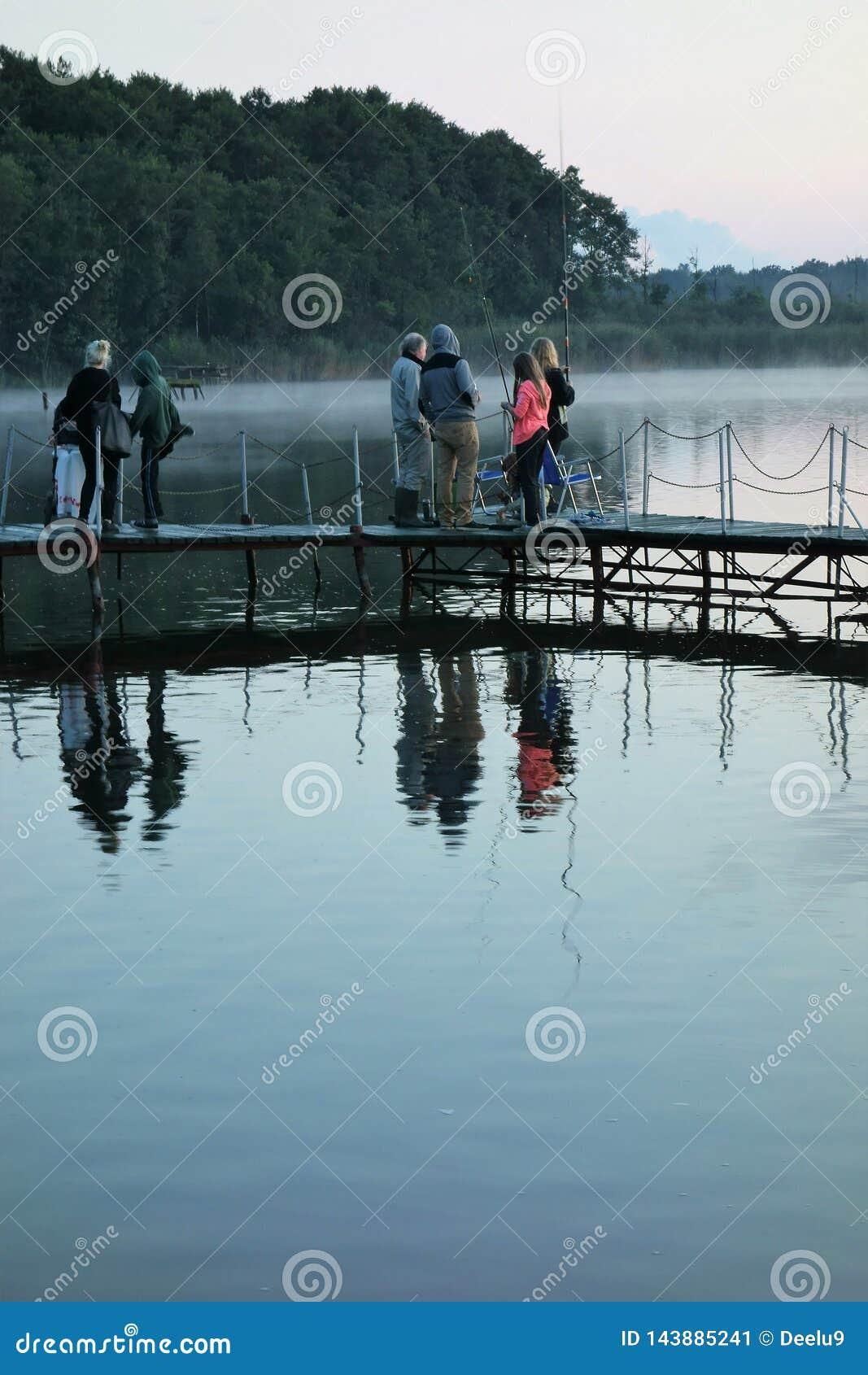 De koele stille avond van mensenenjoyinga bij een meer