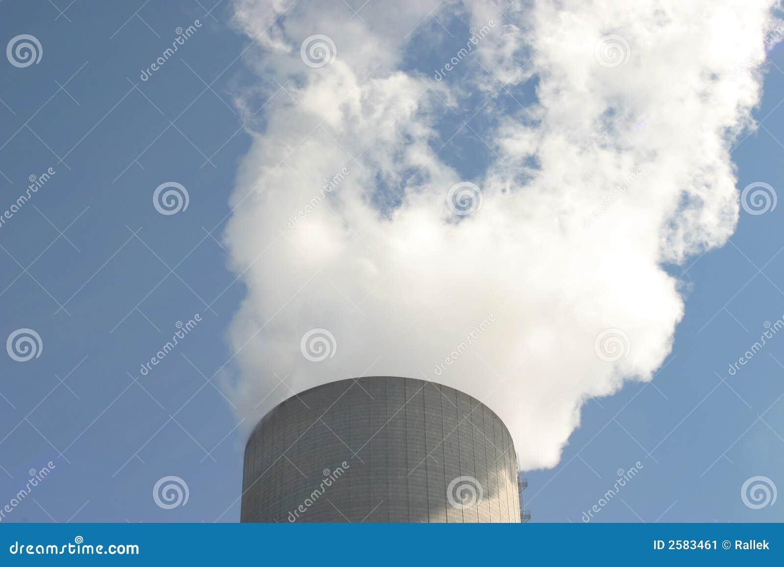 De koeltoren van de elektrische centrale
