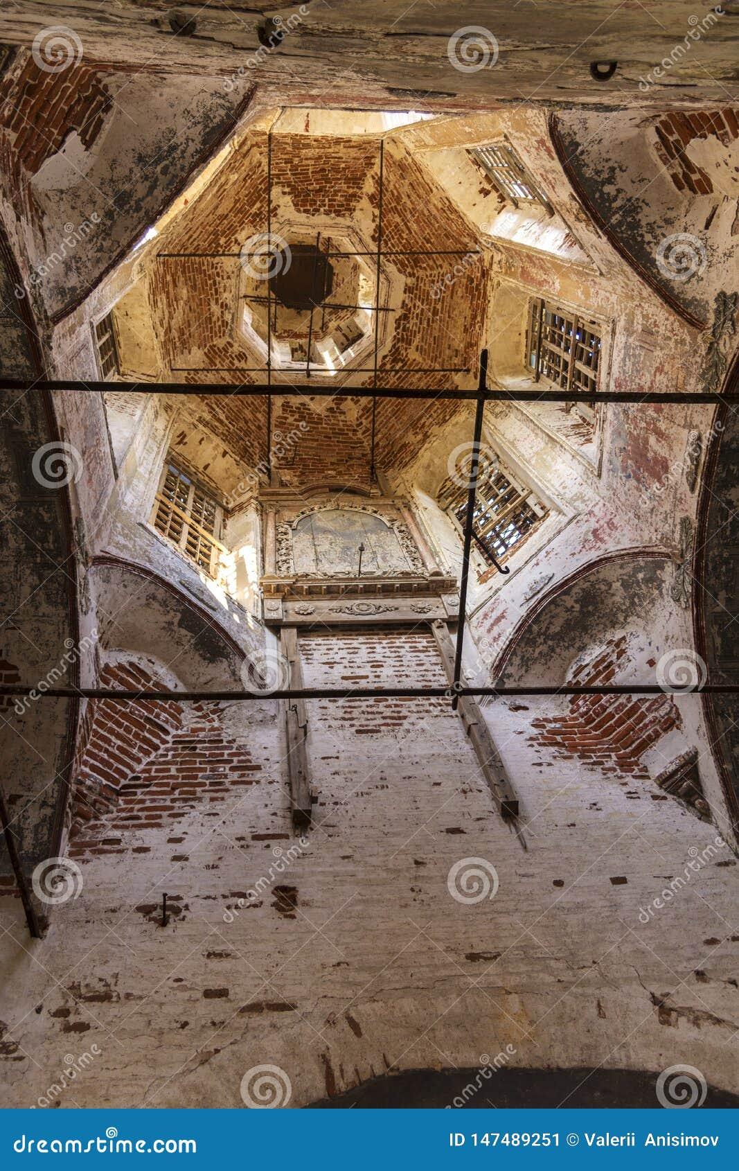 De koepel is binnen de geruïneerde Kerk in Rusland De overblijfselen van iconostasis Kolentsydorp, Ryazan