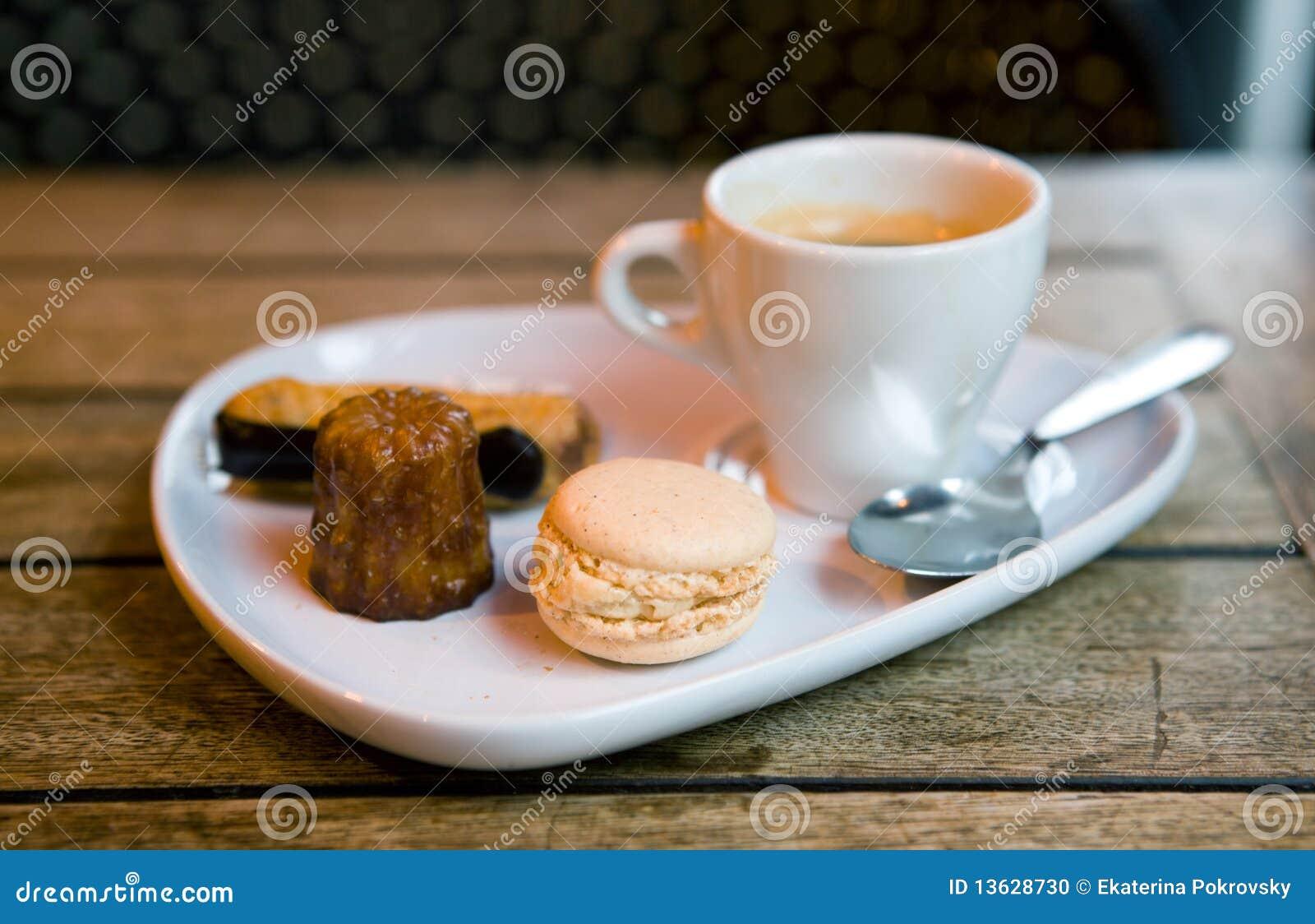 De koffie van de gourmand in een parijse koffie stock foto afbeelding 13628730 - Parijs zoet ...