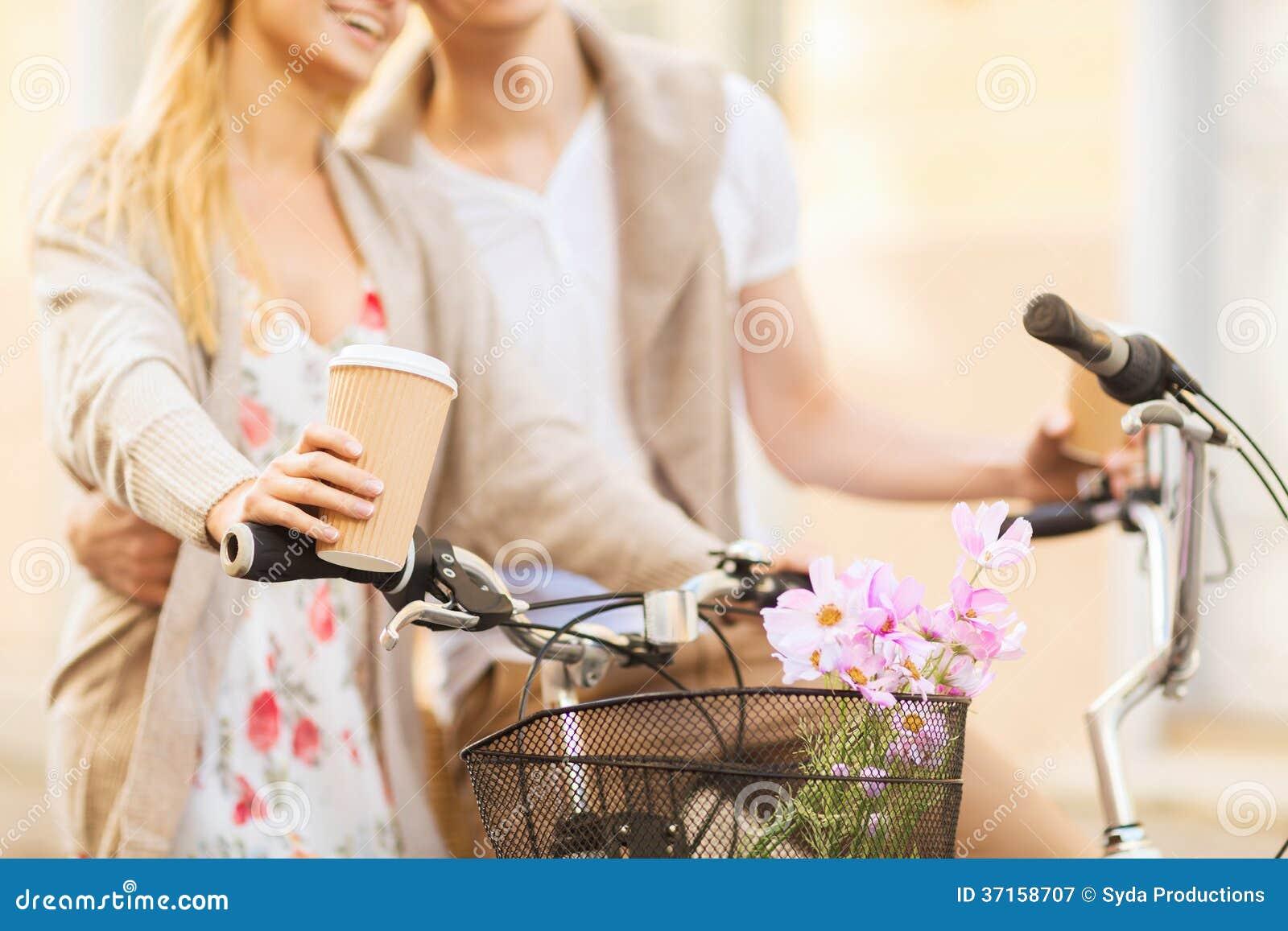 De koffie van de paarholding en berijdende fiets