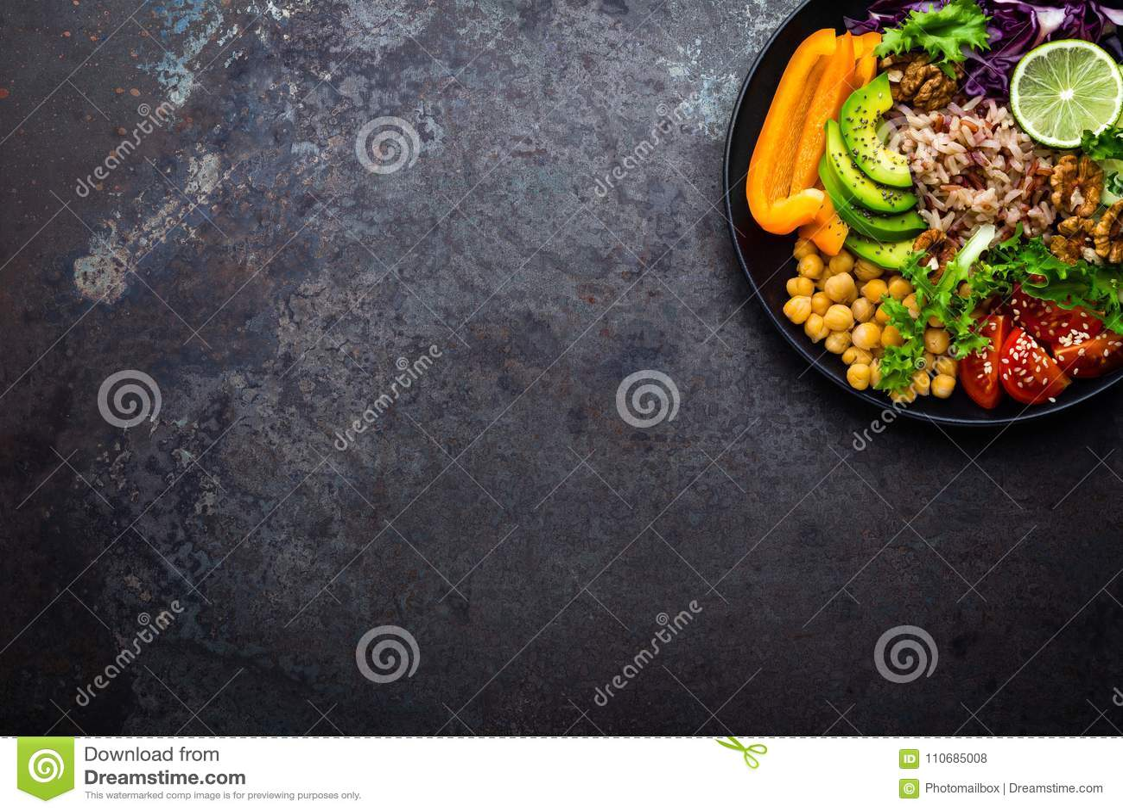 De komschotel van Boedha met ongepelde rijst, avocado, peper, tomaat, komkommer, rode kool, kikkererwt, verse slasalade en okkern