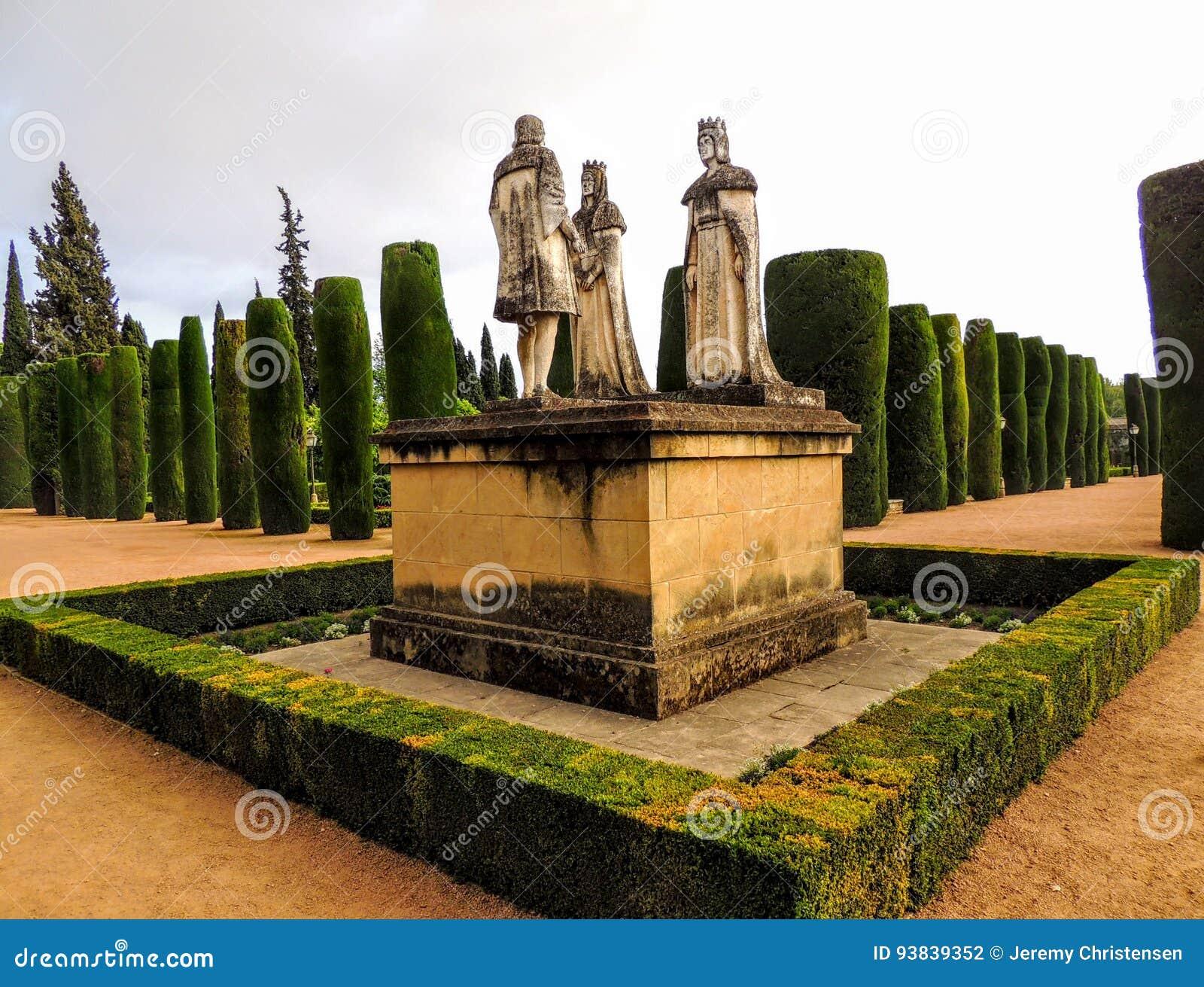 De koning Ferdninand van het landschapsstandbeeld koningin Isabella en Christopher Columbus Cordoba in Alcazar Spanje