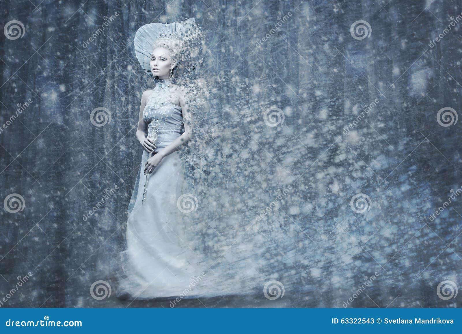 De koningin van de sprookjesneeuw in magische het meest forrest