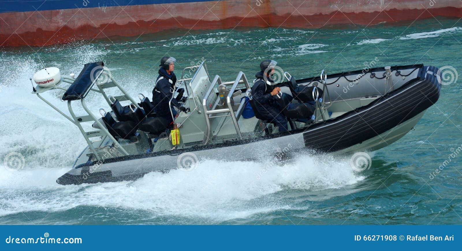 De koninklijke de marinezeelieden van Nieuw Zeeland berijden een stijf-Geschilde Zodiak inflat