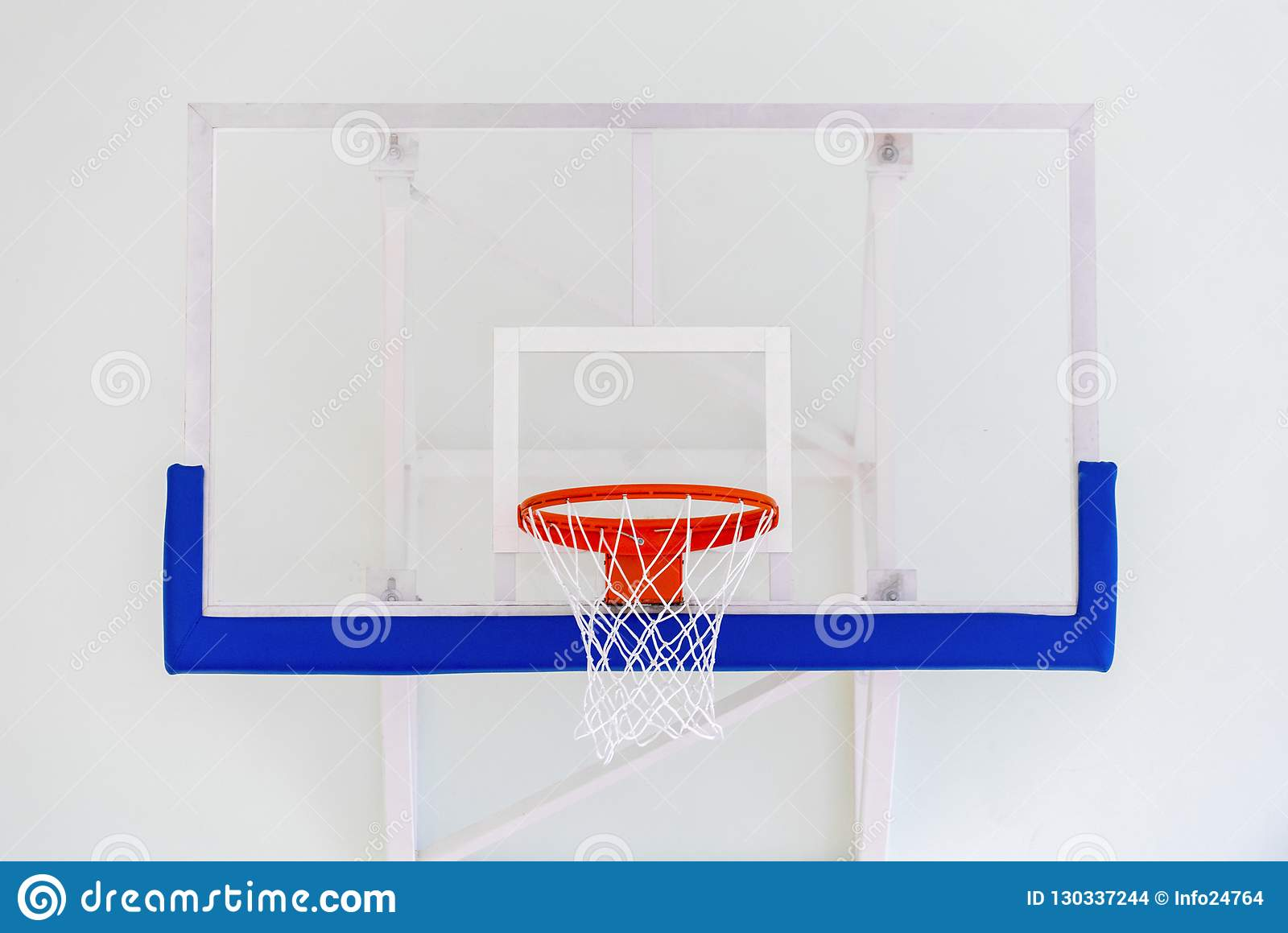 De kooi van de basketbalhoepel, geïsoleerde grote rugplankclose-up, nieuwe outd