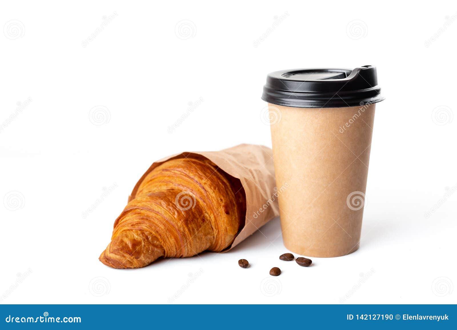 De kop van de ambachtkoffie met croissant op witte achtergrond
