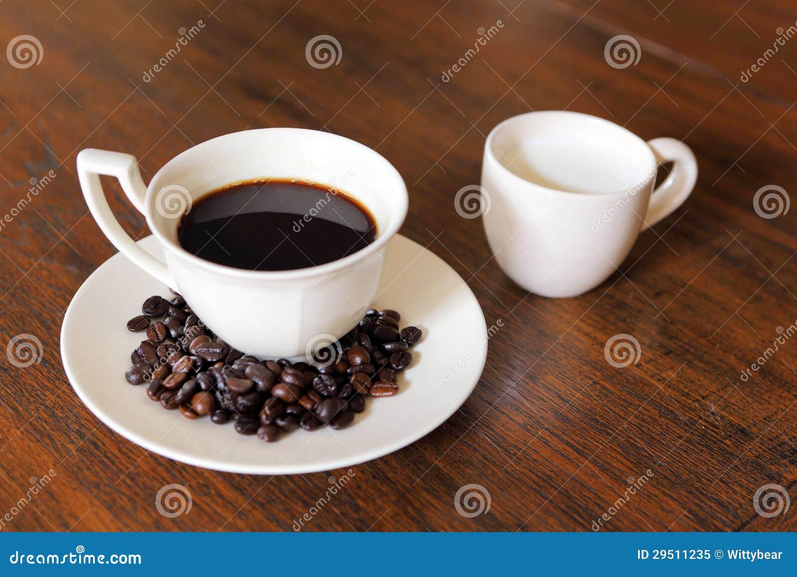 De kop van de koffie met de Bonen van de Koffie en melk op grunge wo