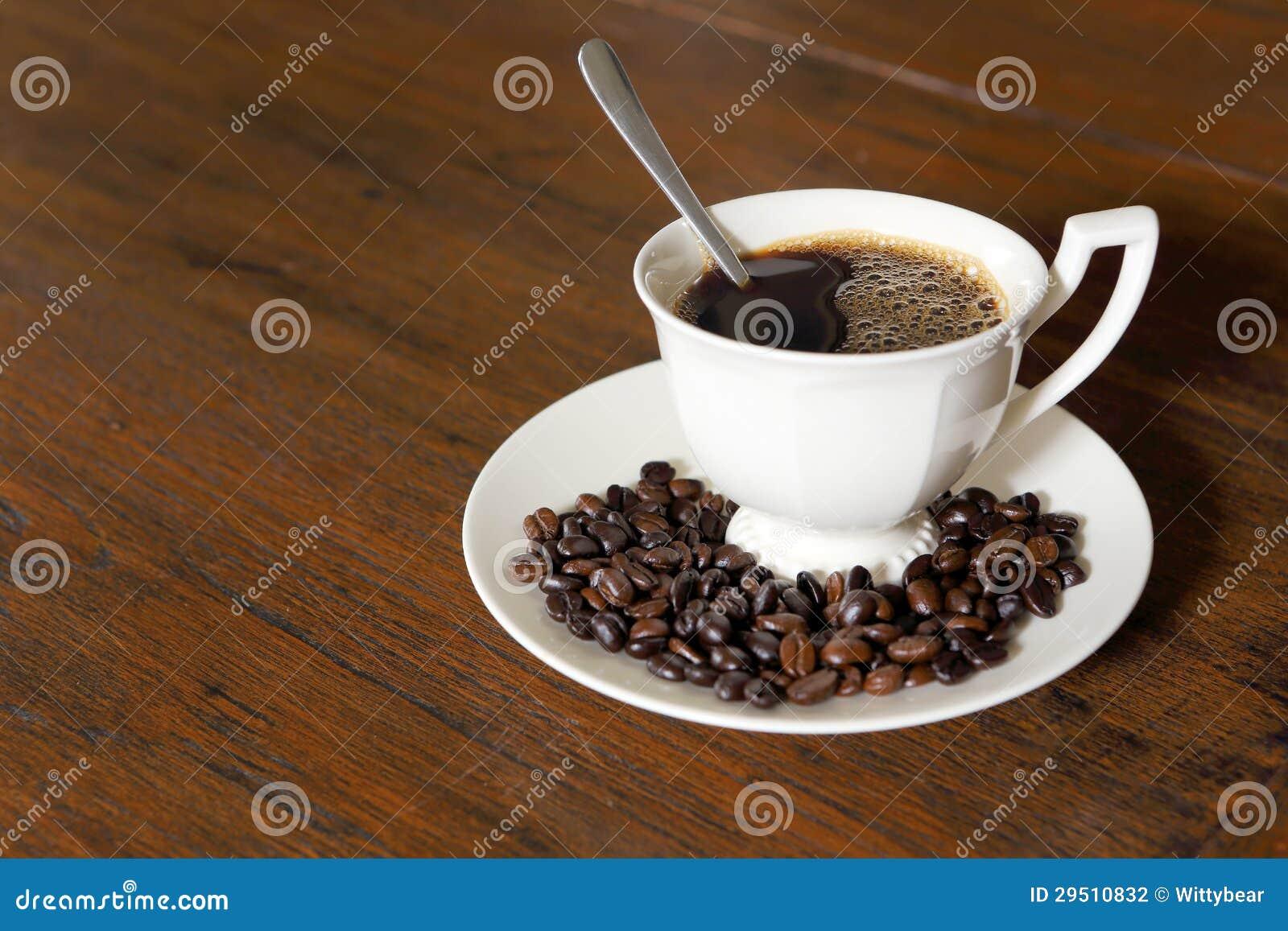 De kop van de koffie met de Bonen van de Koffie op grungehout