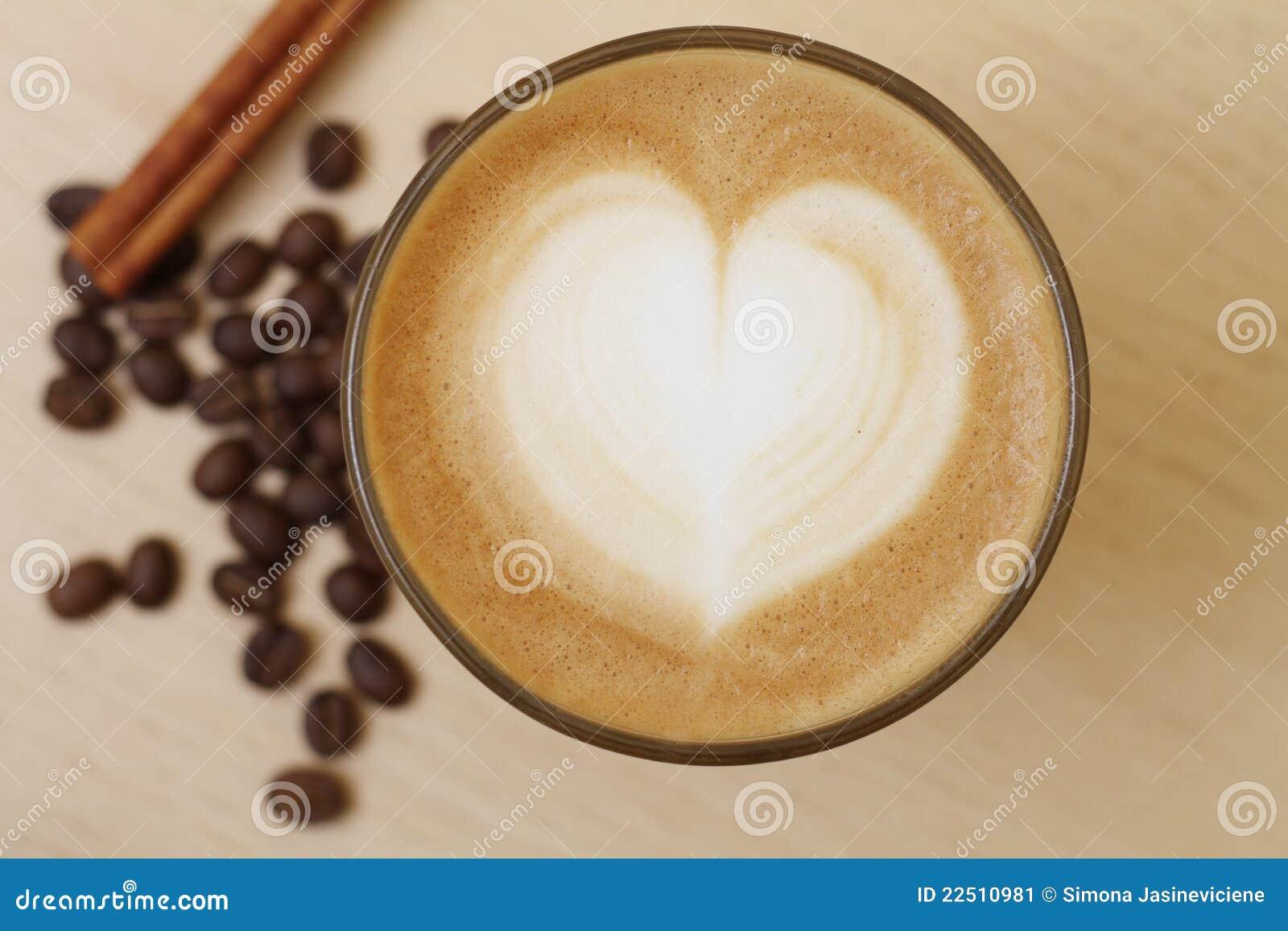 De kop van de koffie met melk en hartvorm