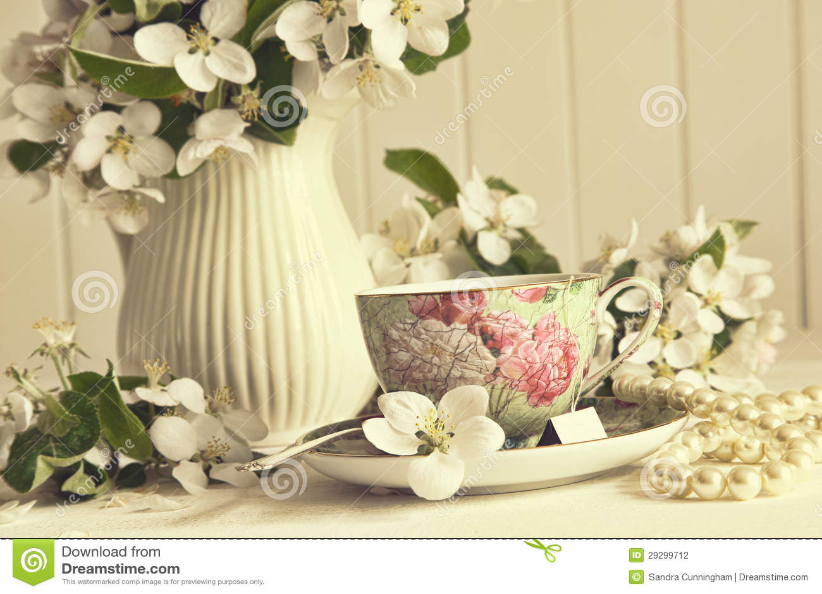 De kop van de thee met appelbloesems op lijst