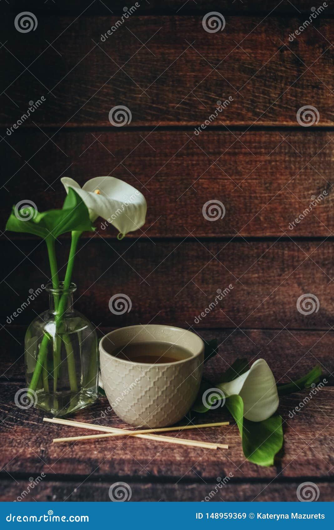 De kop van zwarte thee thewooden achtergrond