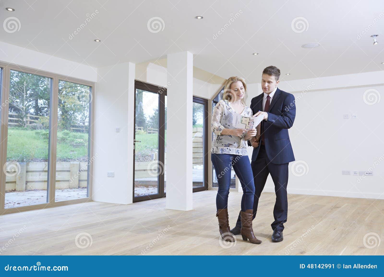 De Koper van Showing Prospective Female van de landgoedagent rond Bezit