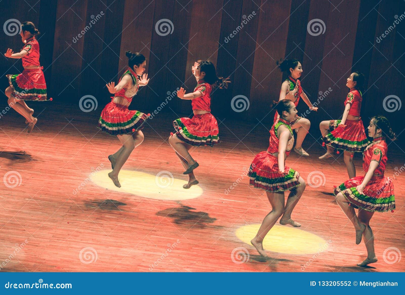 De korte volksdans van rok dans-Axi sprong-Yi
