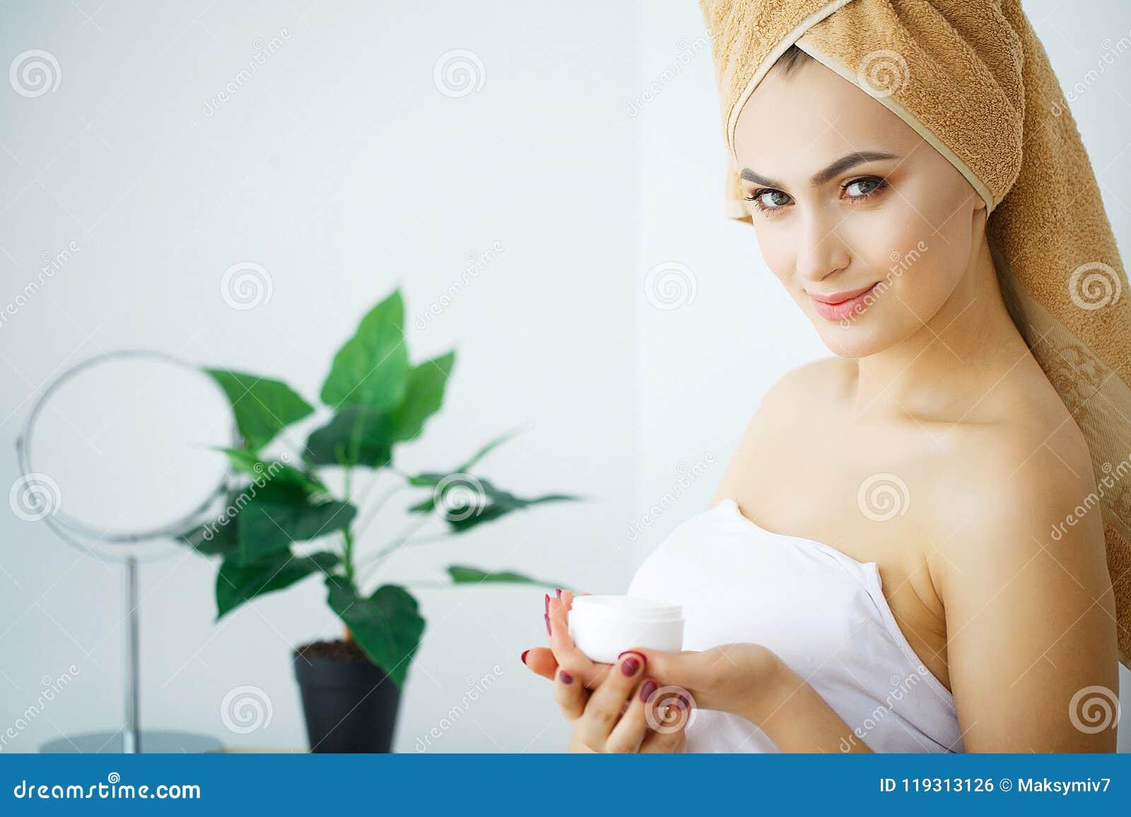 De kosmetische room van de vrouwengreep Mooi gezichts jong model