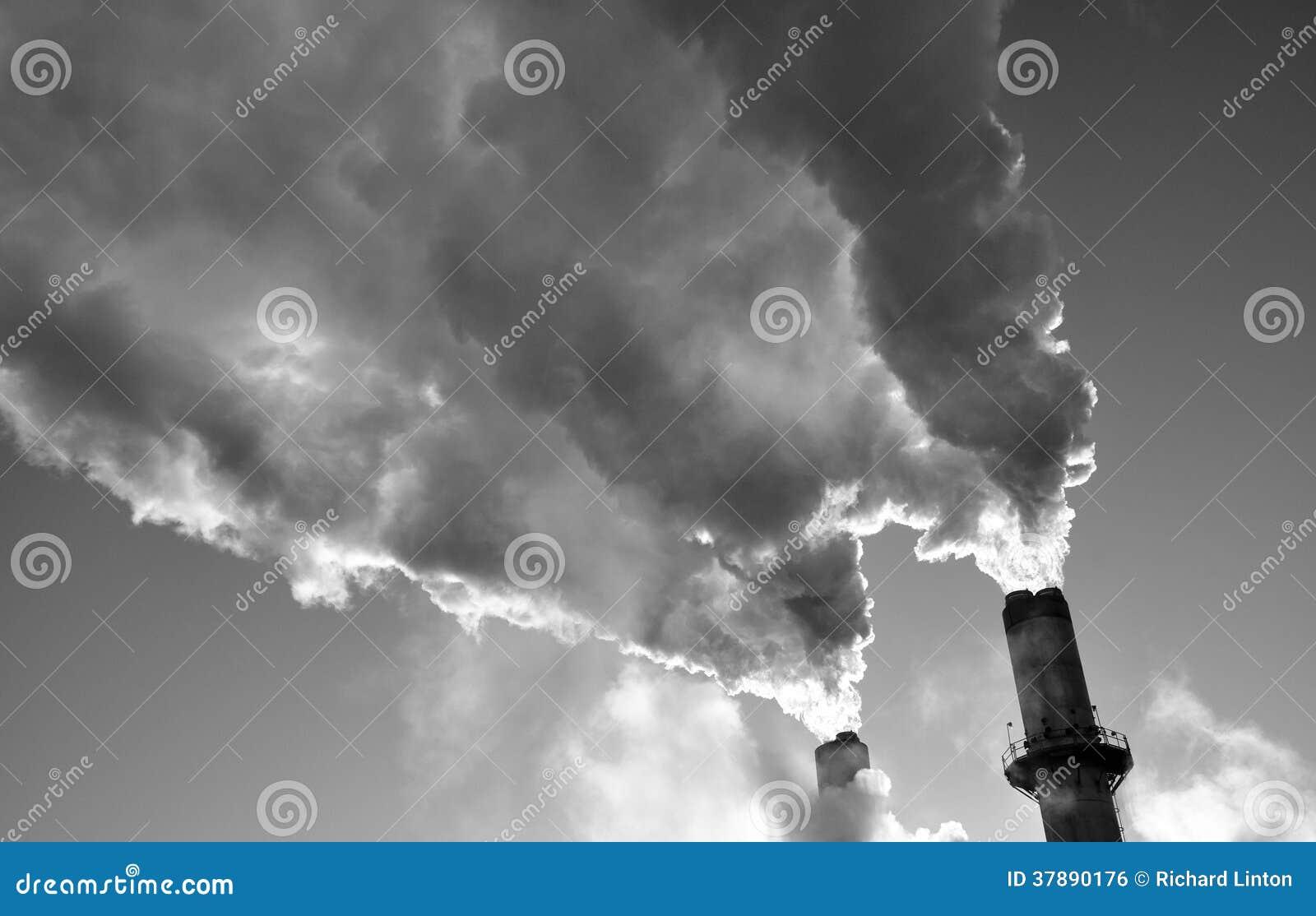 De koude ochtend van rookstapels