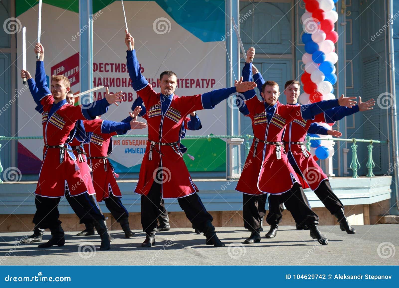 Download De Kozakdans Met Sabels Pyatigorsk, Rusland Redactionele Fotografie - Afbeelding bestaande uit rusland, russisch: 104629742