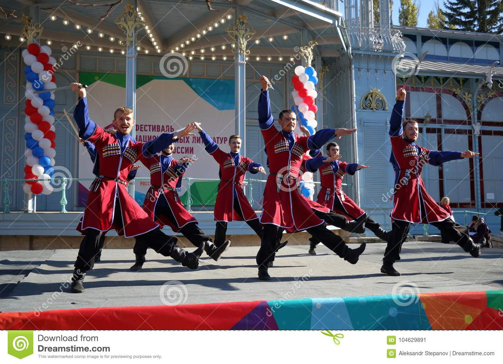 Download De Kozakdans Met Sabels Rusland Redactionele Foto - Afbeelding bestaande uit kostuum, dans: 104629891