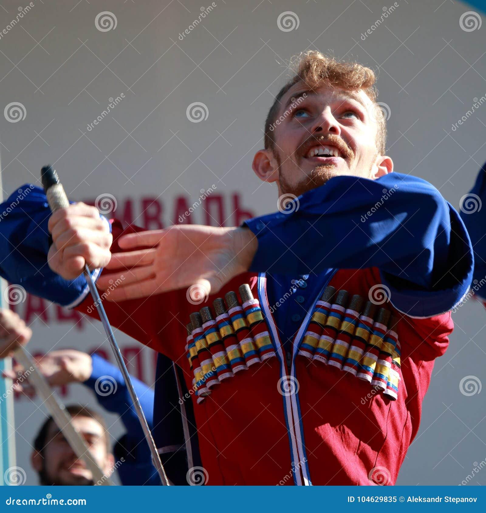 Download De Kozakdans Met Sabels In Traditionele Kleren Rusland Redactionele Afbeelding - Afbeelding bestaande uit openlucht, viering: 104629835