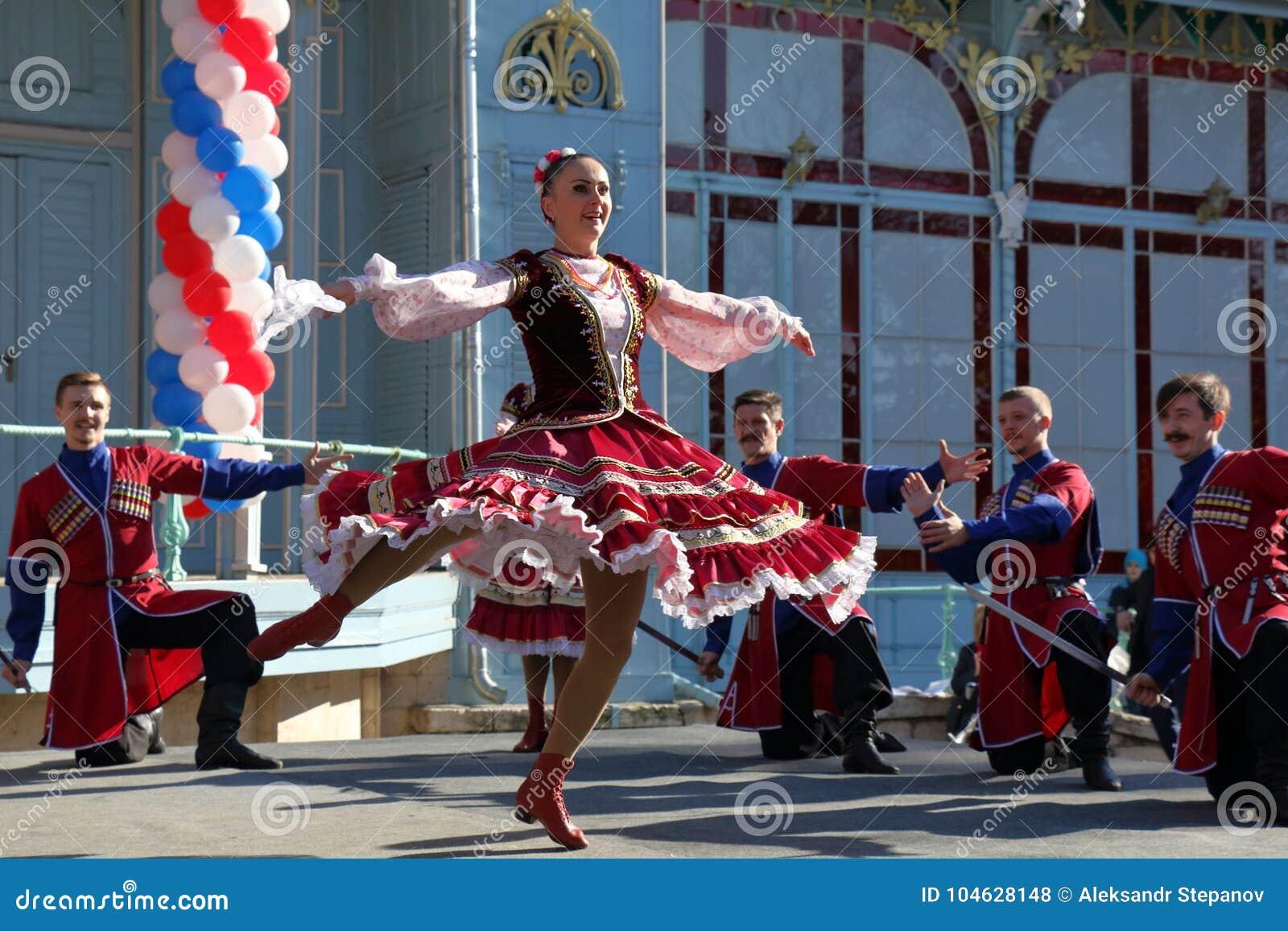 Download De Kozakdans In Traditionele Kleren Pyatigorsk, Rusland Redactionele Stock Foto - Afbeelding bestaande uit rusland, mensen: 104628148