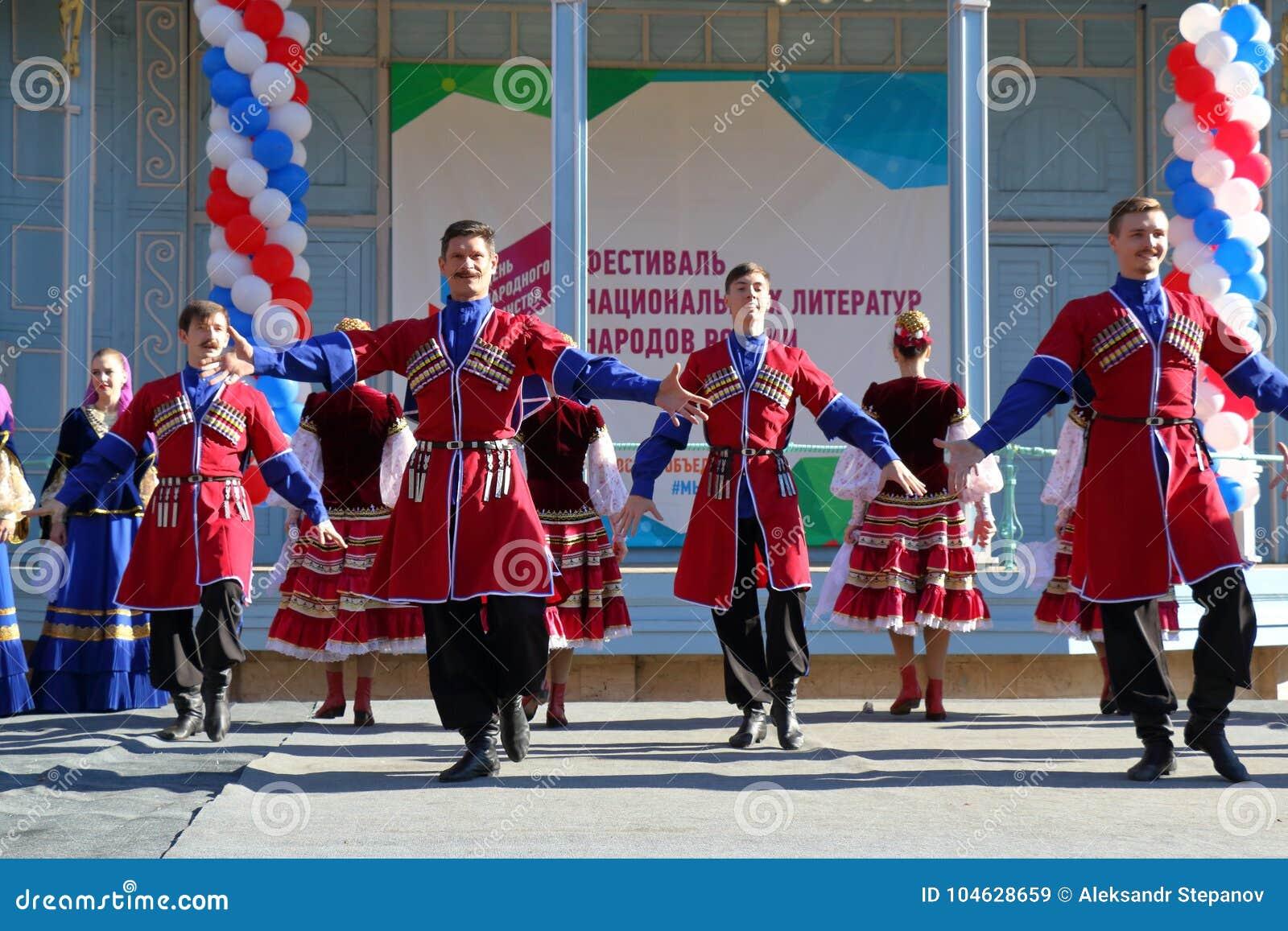 Download De Kozakdans In Traditionele Kleren Pyatigorsk, Rusland Redactionele Stock Afbeelding - Afbeelding bestaande uit genaturaliseerd, dans: 104628659