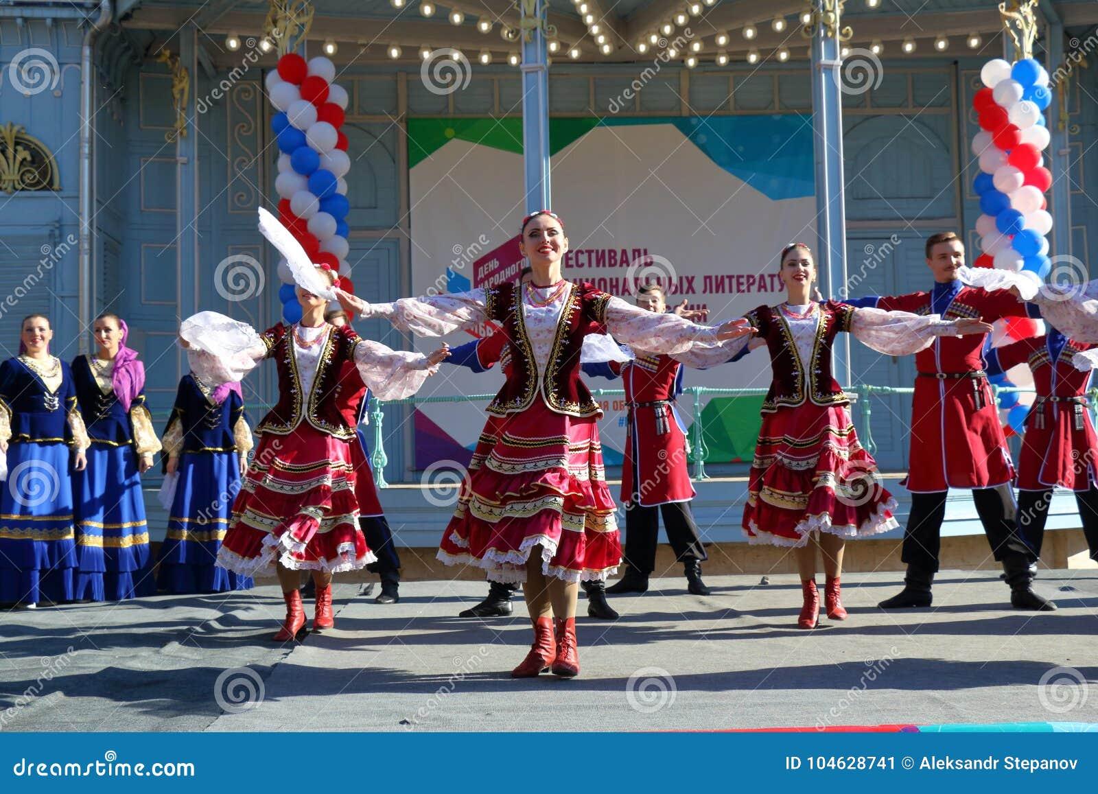 Download De Kozakdans In Traditionele Kleren Pyatigorsk, Rusland Redactionele Foto - Afbeelding bestaande uit kaukasisch, kleding: 104628741
