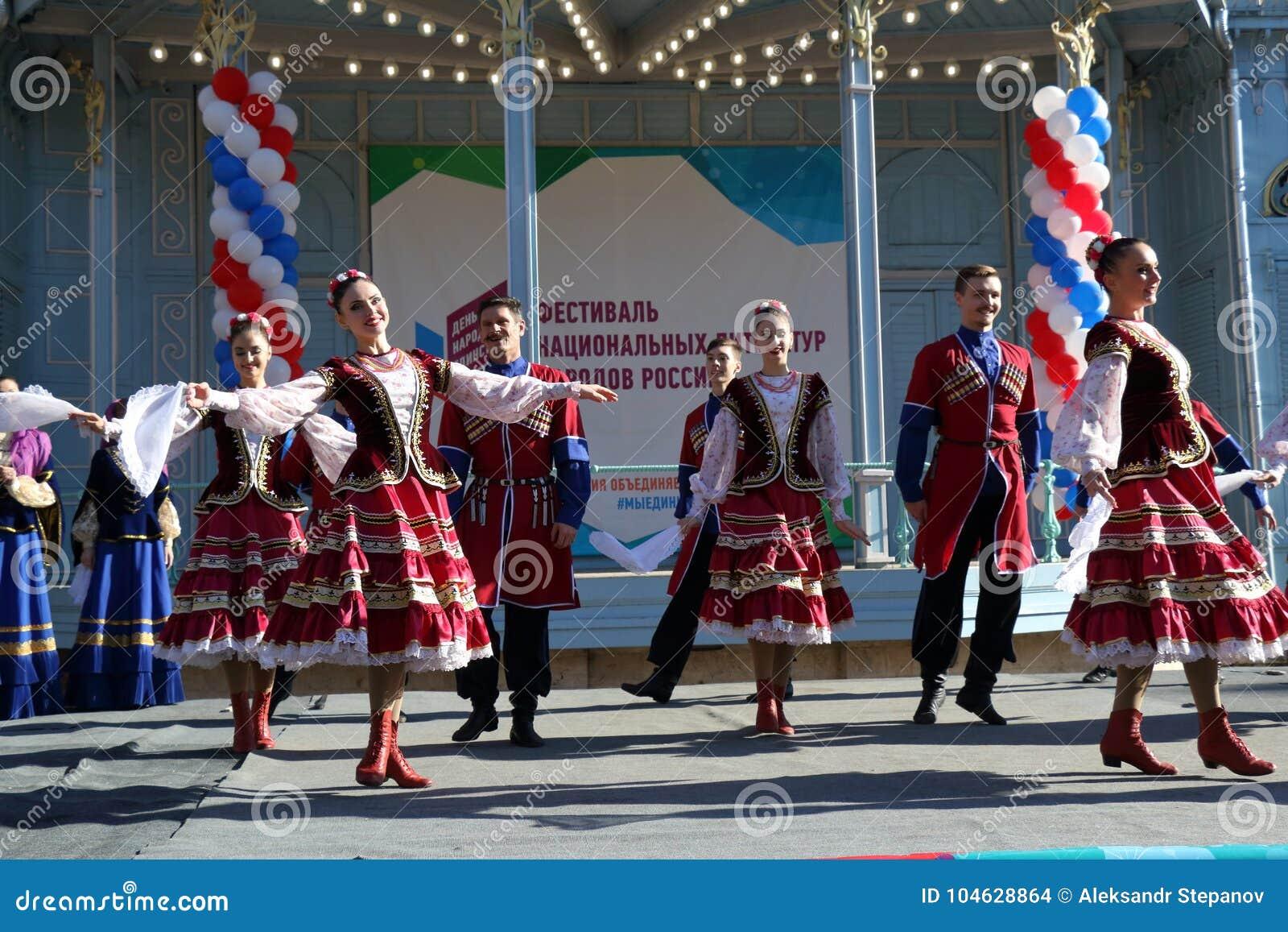 Download De Kozakdans In Traditionele Kleren Pyatigorsk, Rusland Redactionele Stock Afbeelding - Afbeelding bestaande uit danser, groep: 104628864