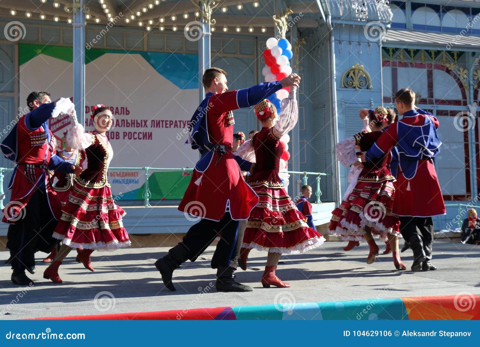 Download De Kozakdans In Traditionele Kleren Pyatigorsk, Rusland Redactionele Foto - Afbeelding bestaande uit cultuur, rusland: 104629106