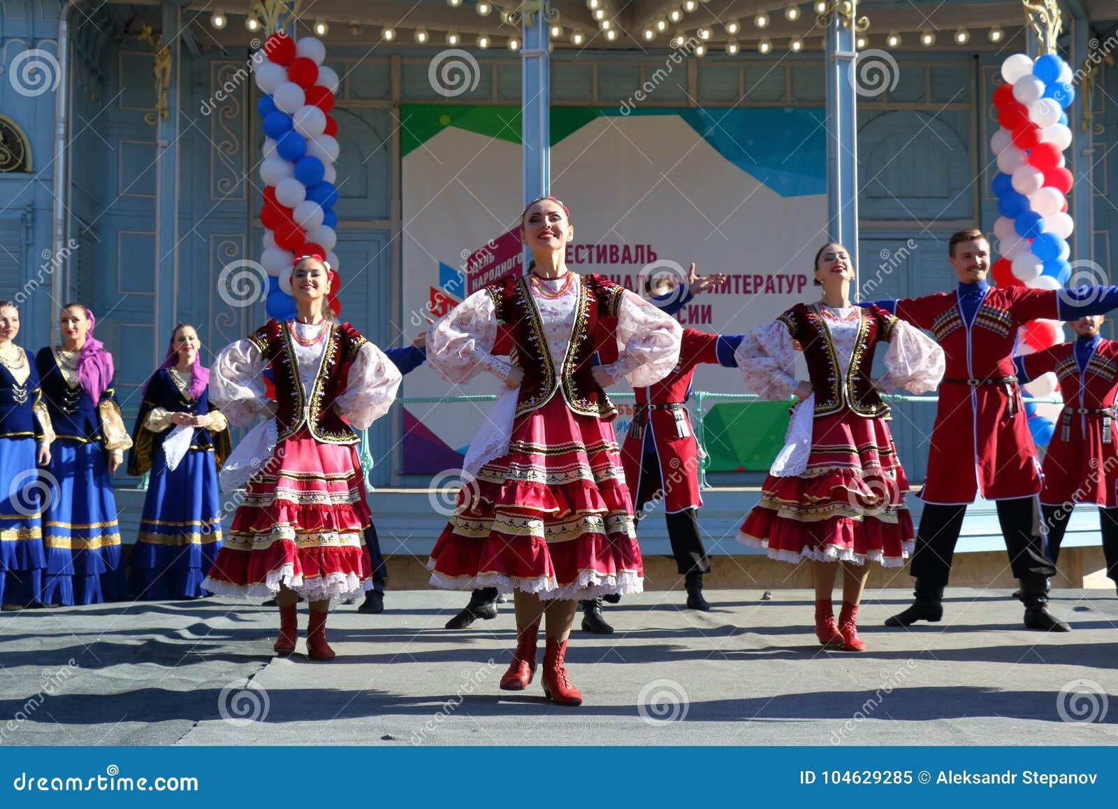 Download De Kozakdans In Traditionele Kleren Pyatigorsk, Rusland Redactionele Afbeelding - Afbeelding bestaande uit cossack, overleg: 104629285