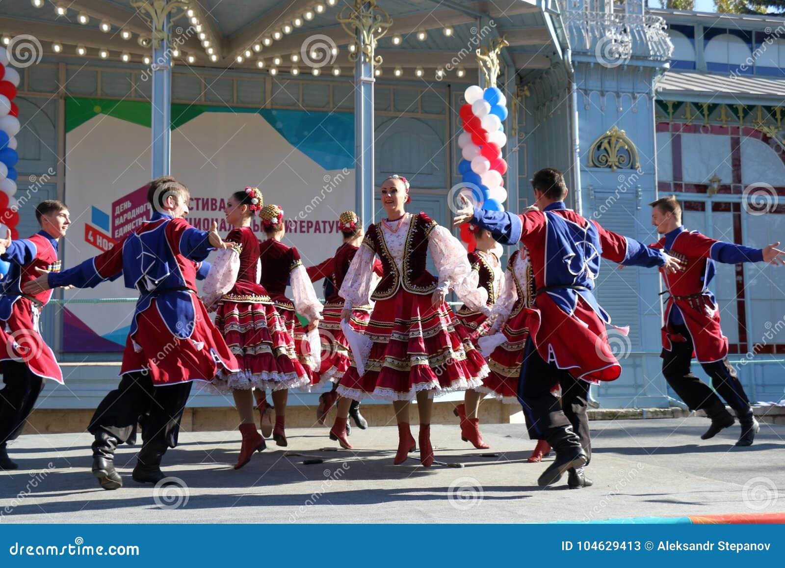 Download De Kozakdans In Traditionele Kleren Pyatigorsk, Rusland Redactionele Stock Foto - Afbeelding bestaande uit album, kostuum: 104629413