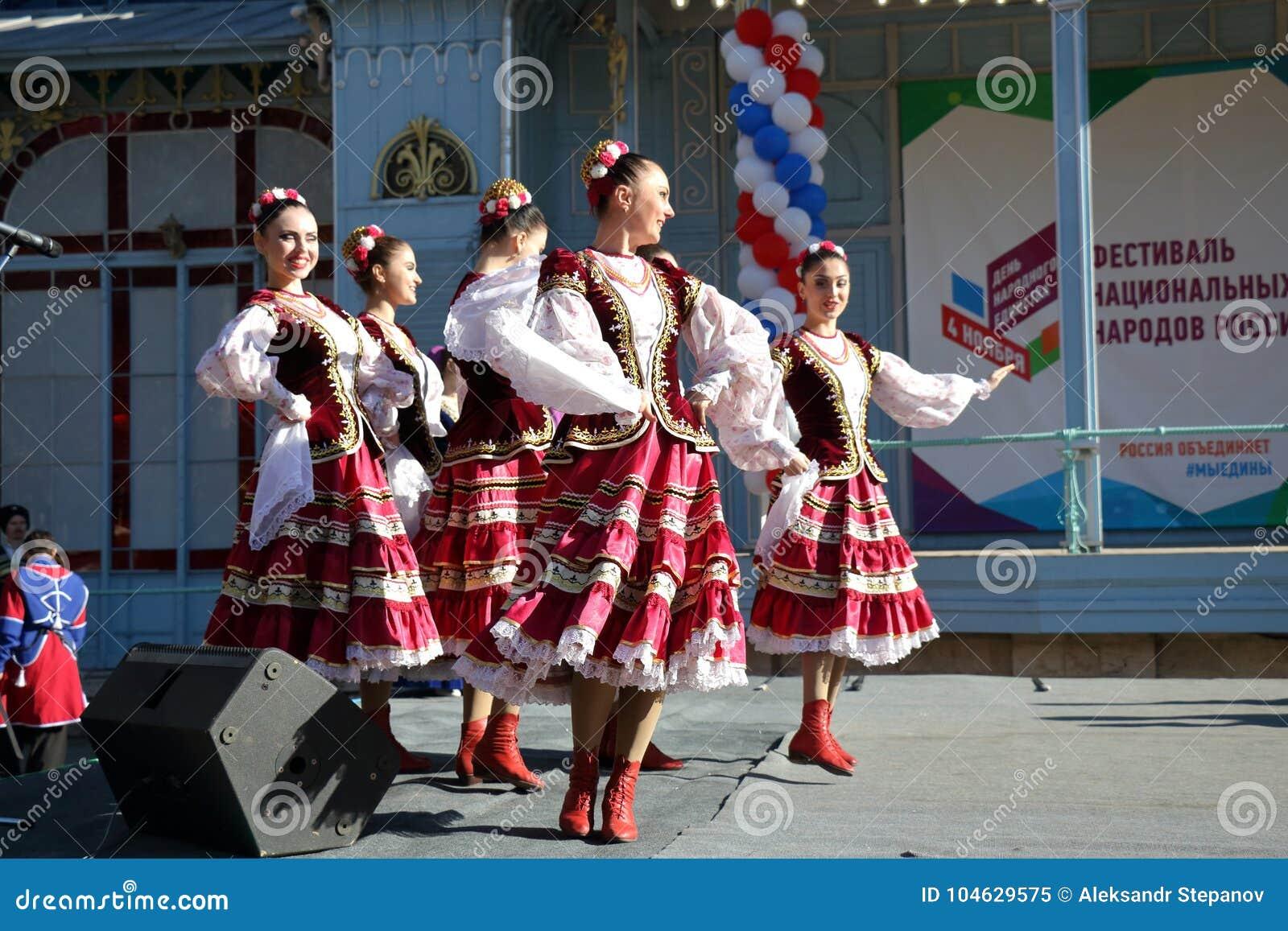 Download De Kozakdans In Traditionele Kleren Pyatigorsk, Rusland Redactionele Afbeelding - Afbeelding bestaande uit russisch, mensen: 104629575