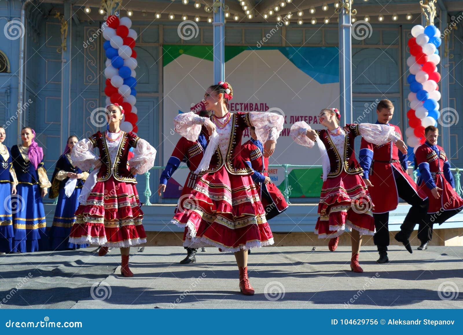 Download De Kozakdans In Traditionele Kleren Pyatigorsk, Rusland Redactionele Foto - Afbeelding bestaande uit helder, openlucht: 104629756