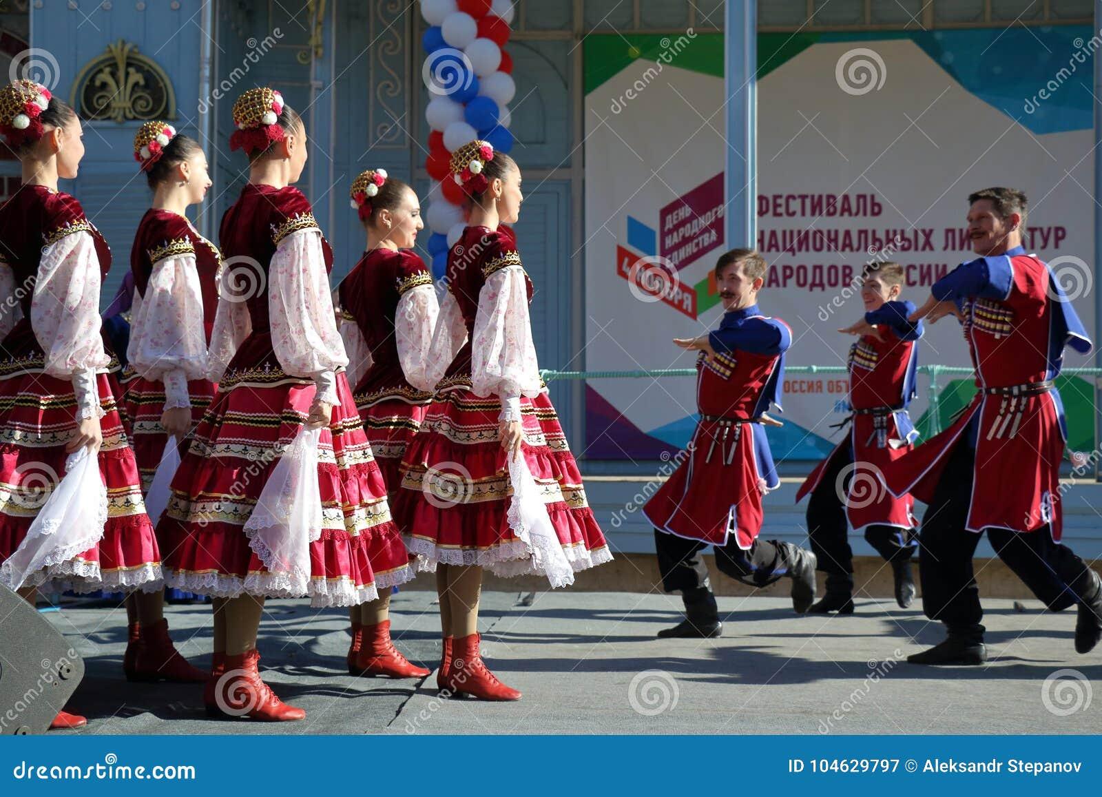 Download De Kozakdans In Traditionele Kleren Pyatigorsk, Rusland Redactionele Fotografie - Afbeelding bestaande uit danser, openbaar: 104629797