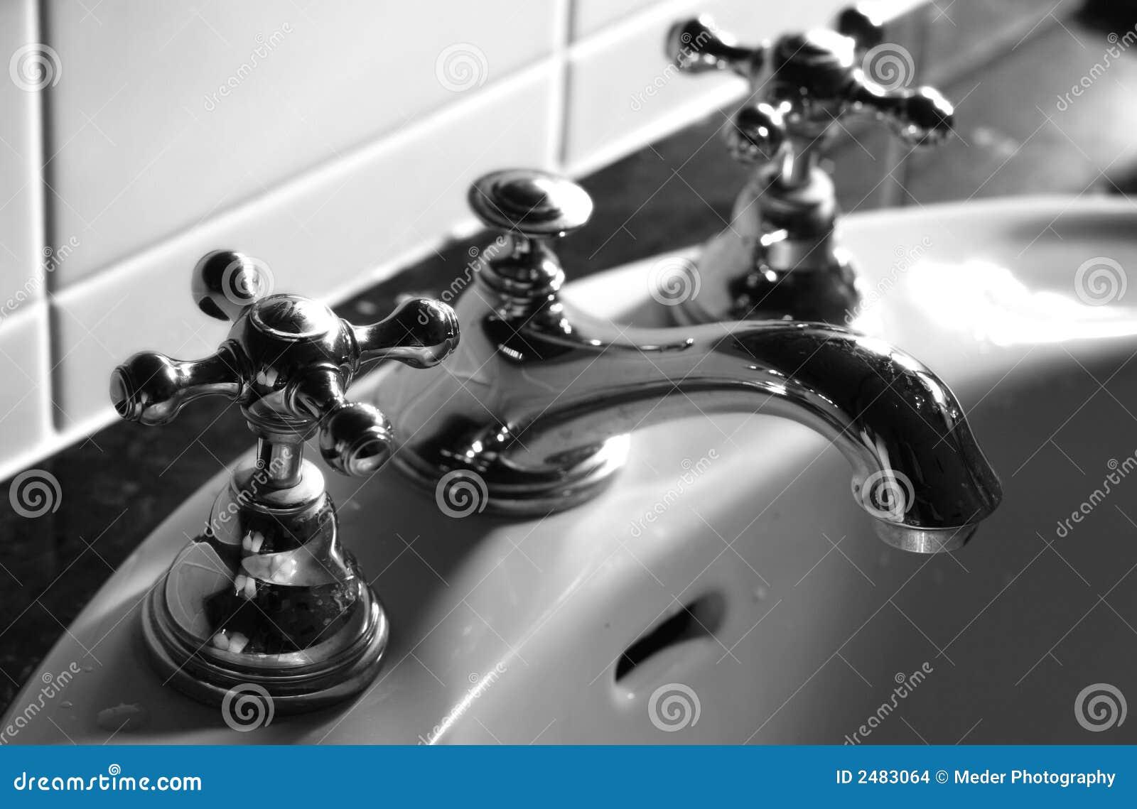 De kraan van de badkamers stock foto afbeelding bestaande uit gootsteen 2483064 - Vormgeving van de badkamer kraan ...