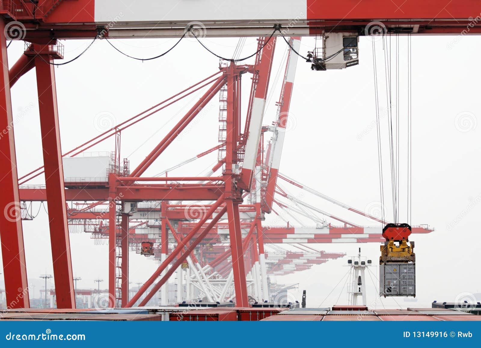 De kraan van de brug laadt het schip van de container stock foto afbeelding 13149916 - Vormgeving van de badkamer kraan ...