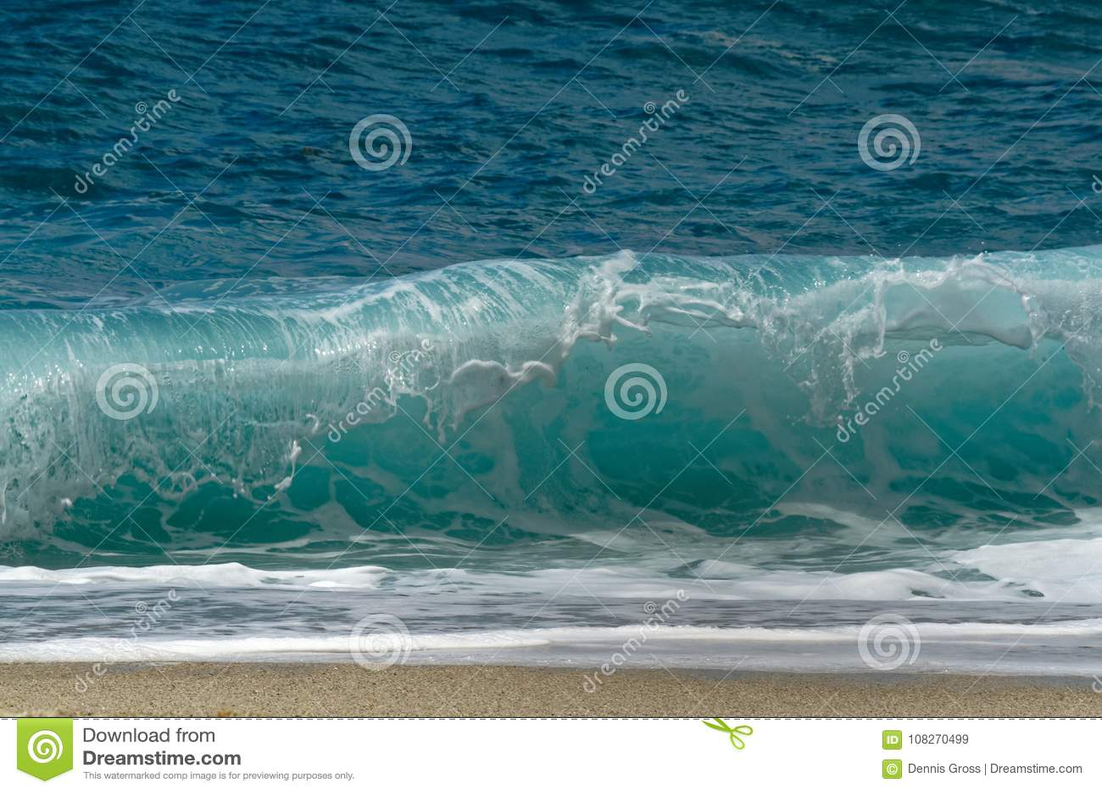 De krachtige golven die op het strand verpletteren