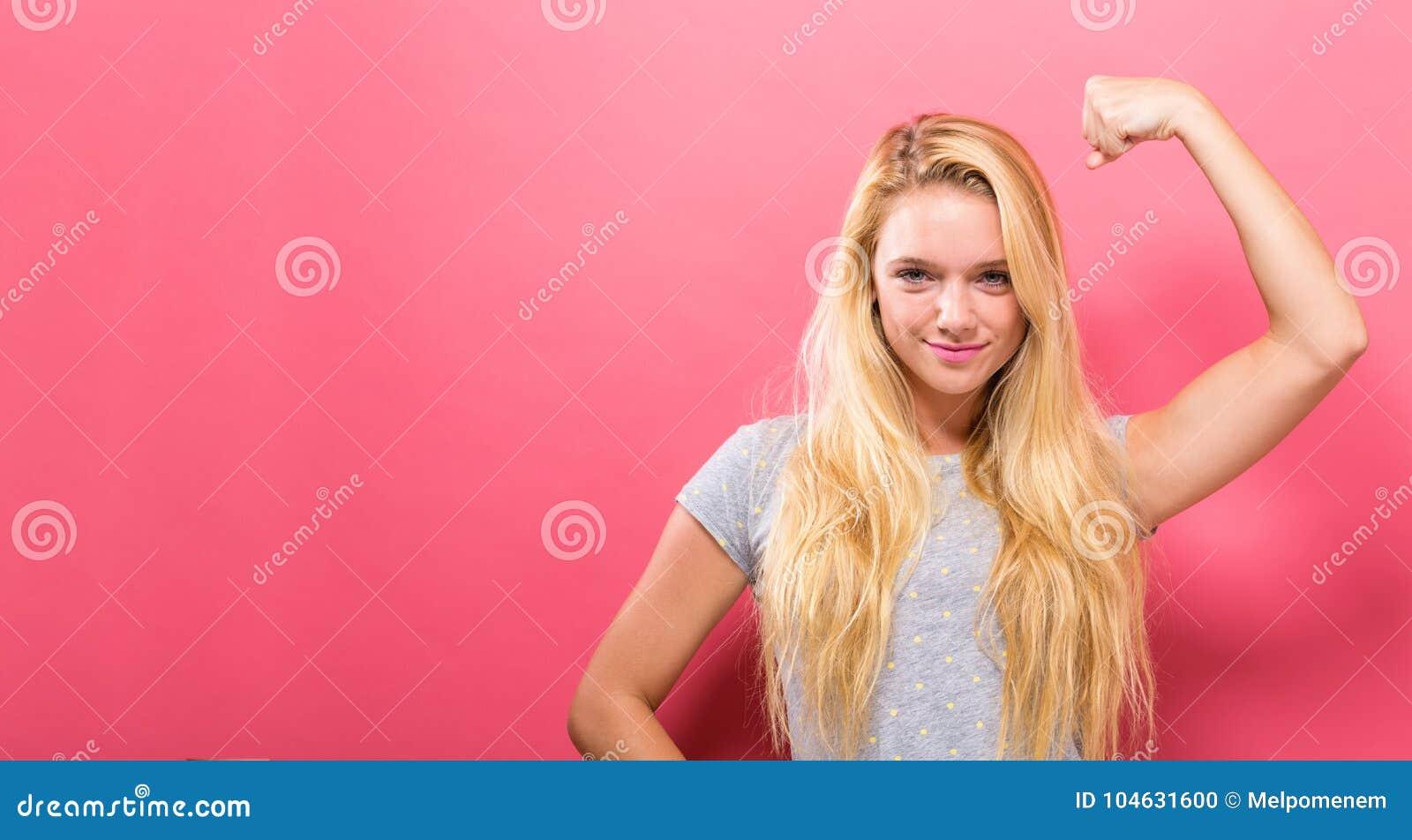 Download De Krachtige Jonge Vrouw In Een Succes Stelt Stock Foto - Afbeelding bestaande uit kaukasisch, vuist: 104631600