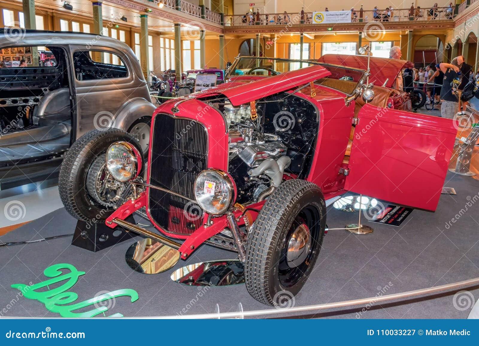 De krachtige roodgloeiende auto van staafford