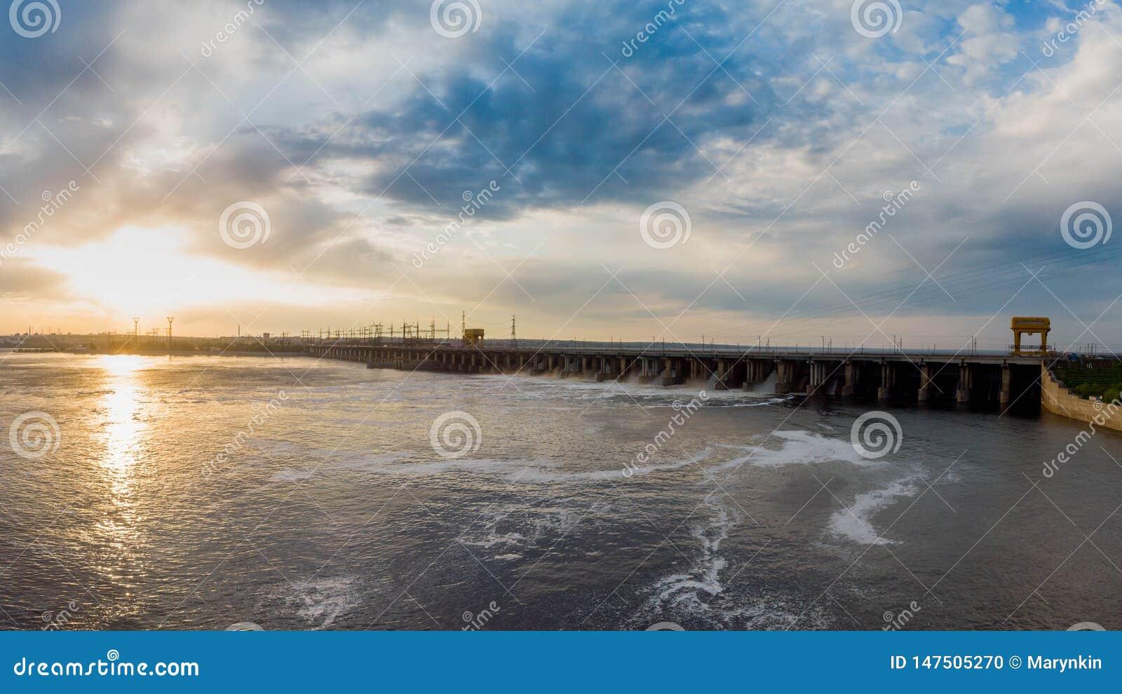 De krachtige stroom van water valt van het blind in de hydro-elektrische dam,
