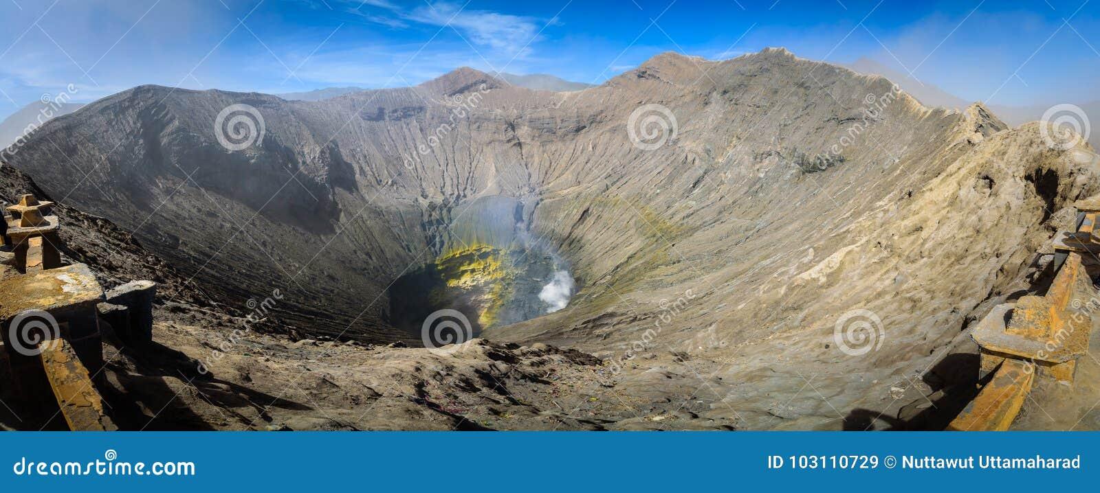 De krater binnen van actieve vulkaan zet Bromo in Tengger Semer op
