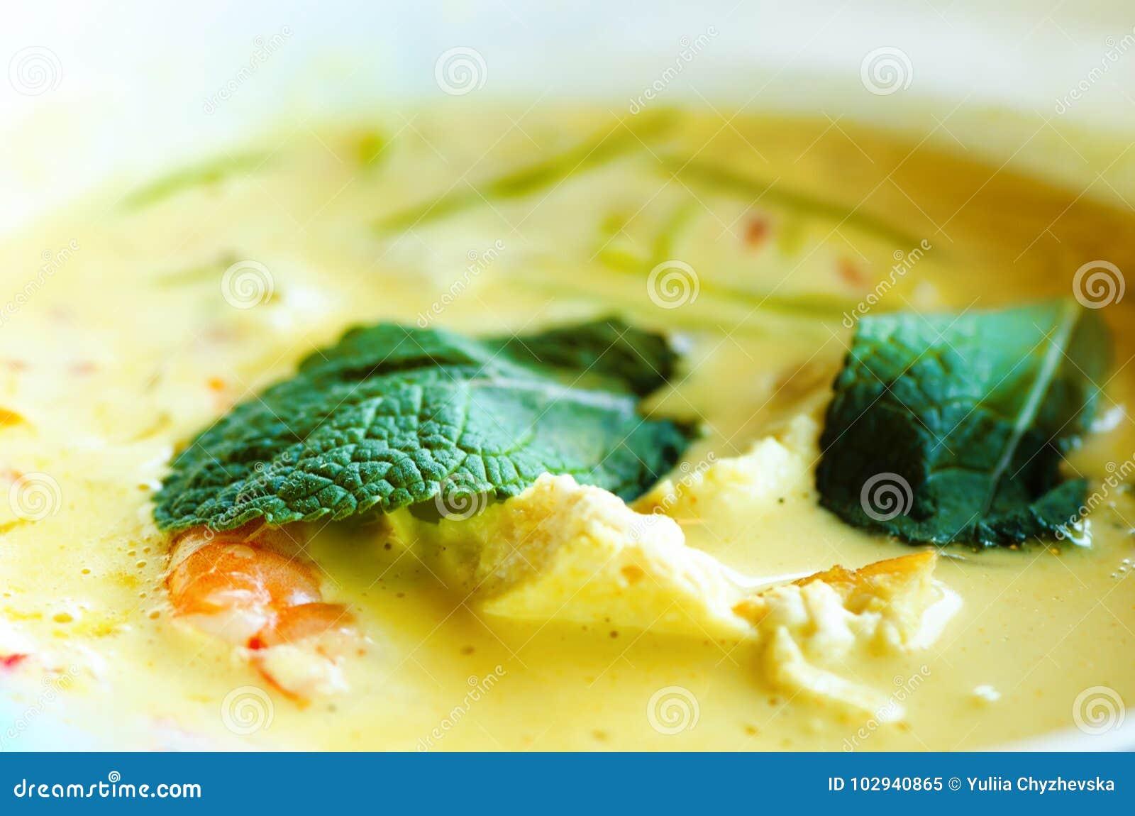 De kruidige de soepkerrie van de kokosmelkroom met chiken, tijgergarnalen, lange sojanoedels, taugé, kalk, Spaanse peperspeper en