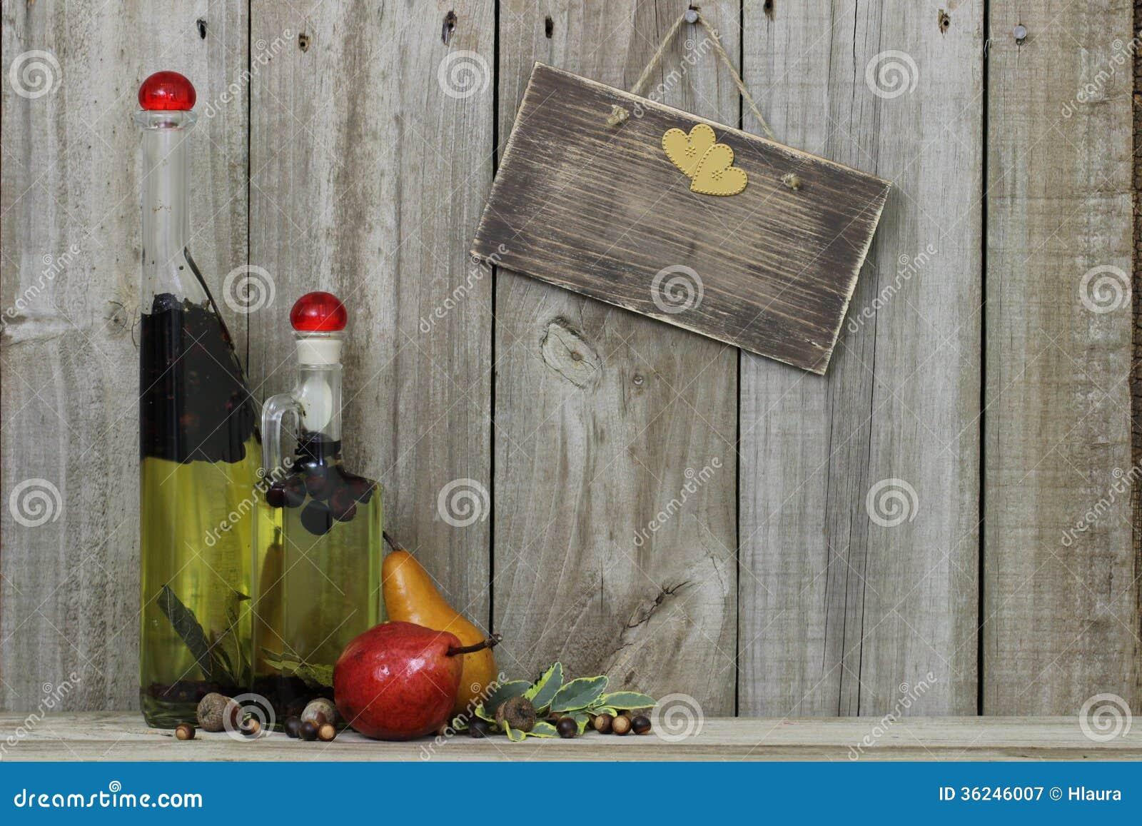 De kruiken van de kruidolie met peren en leeg houten teken