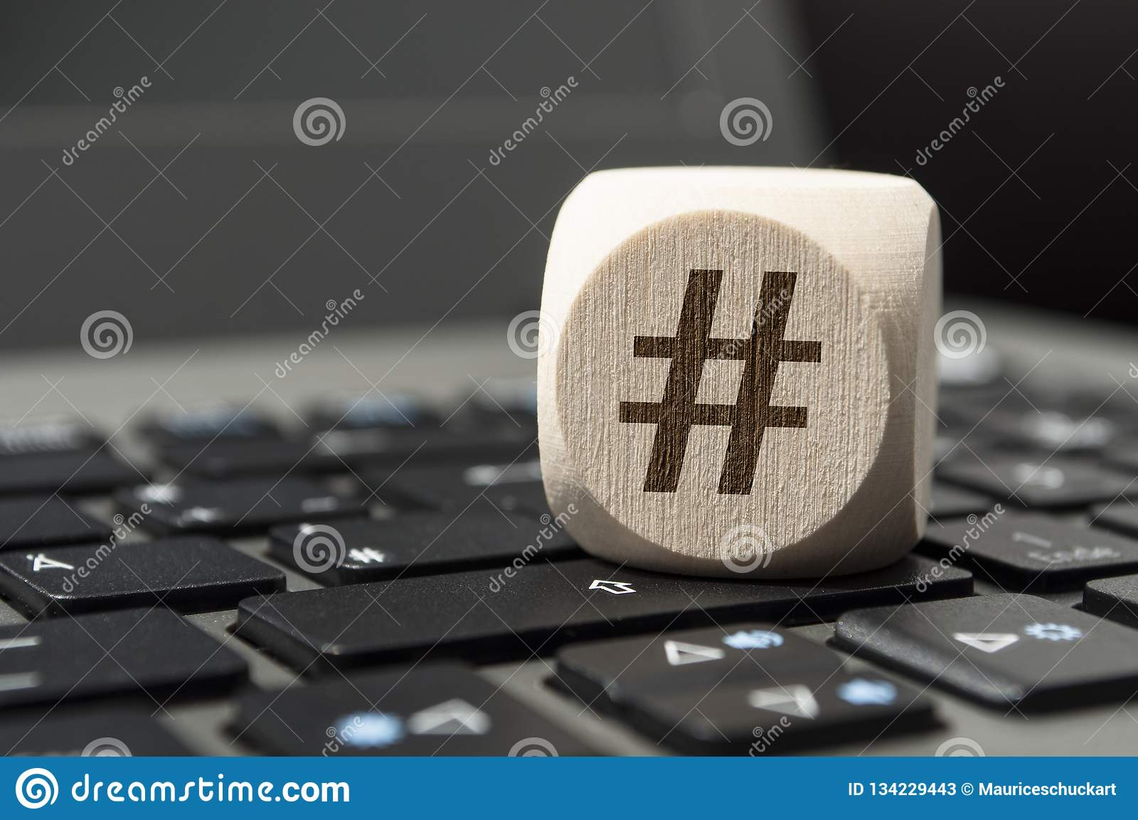 De kubus dobbelt met Hashtag-symbool op een toetsenbord