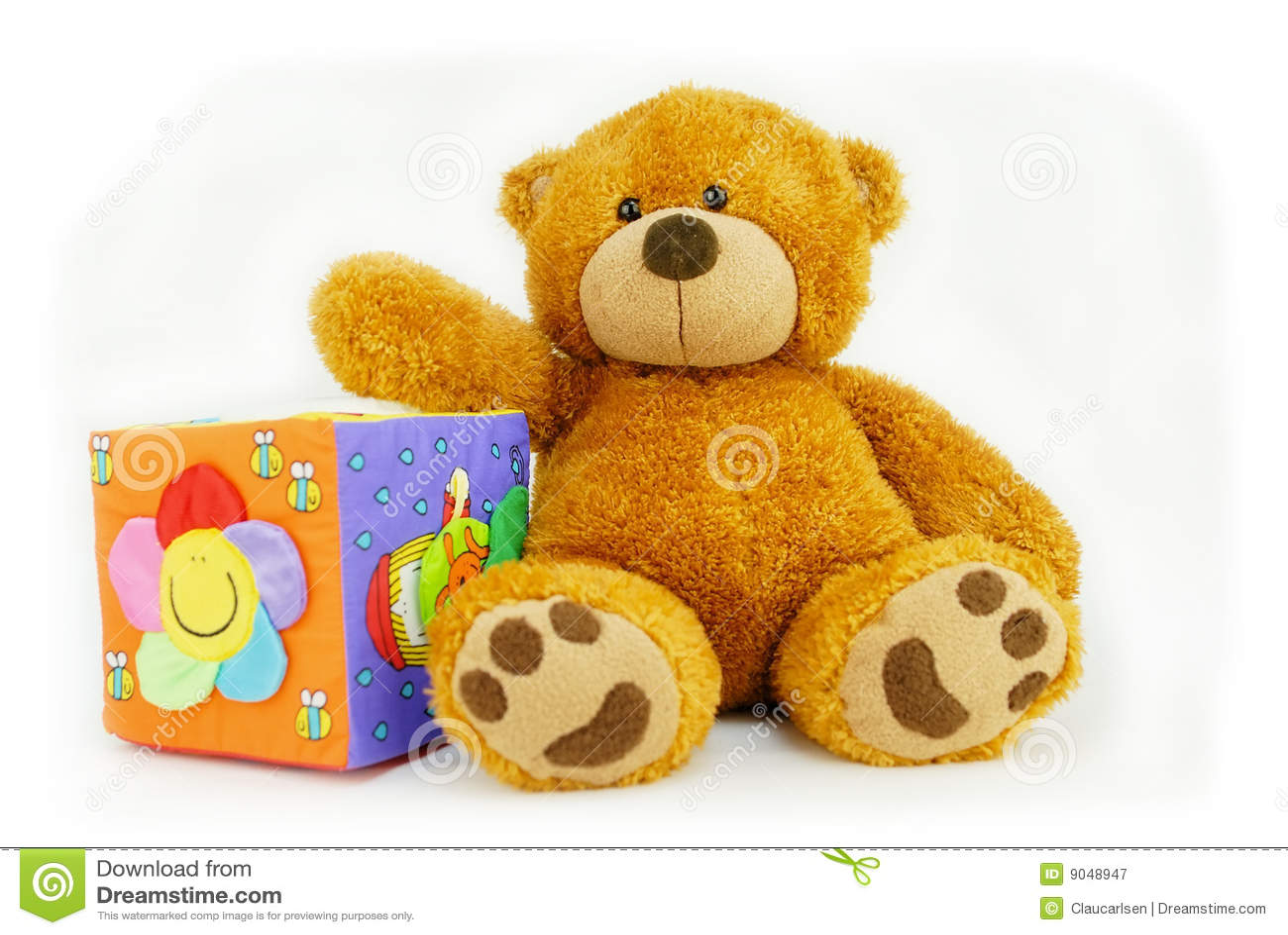 De kubus van de teddybeer en stuk speelgoed