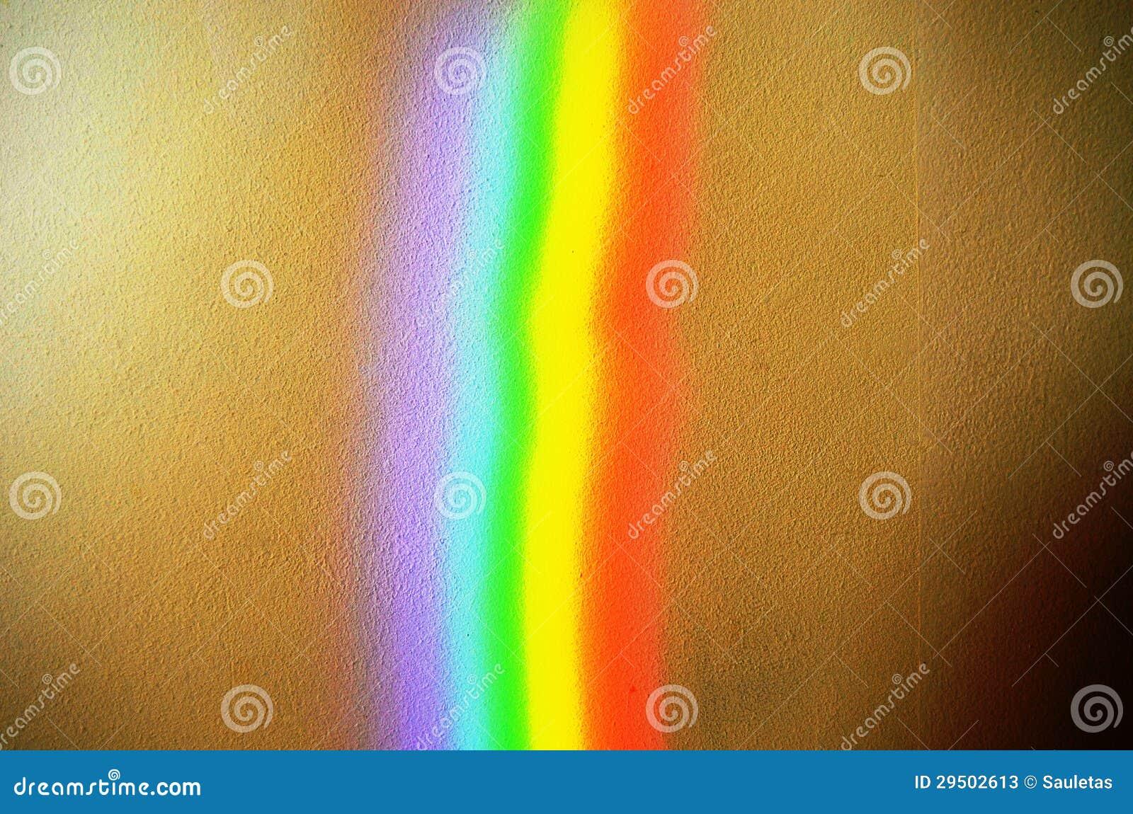 De kunstmatige achtergrond van de regenboog lichte concrete muur