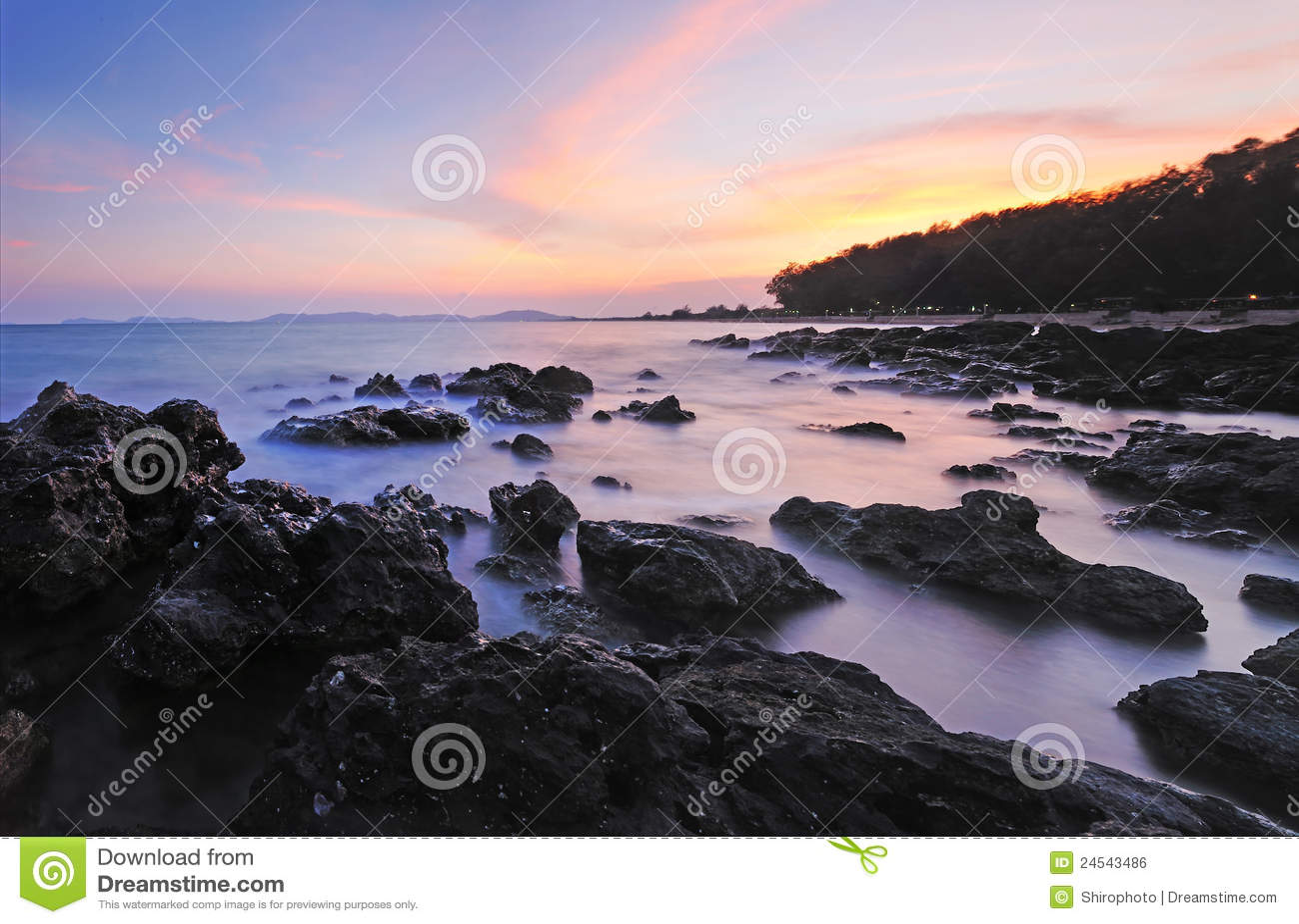De kustlijn bij dageraad