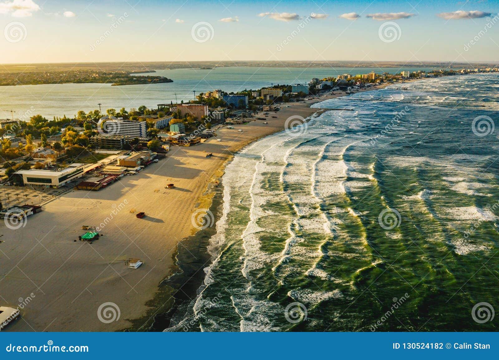 De Kustlijn en het strand van Roemenië de Zwarte Zee in Mamaia, Constanta-stad
