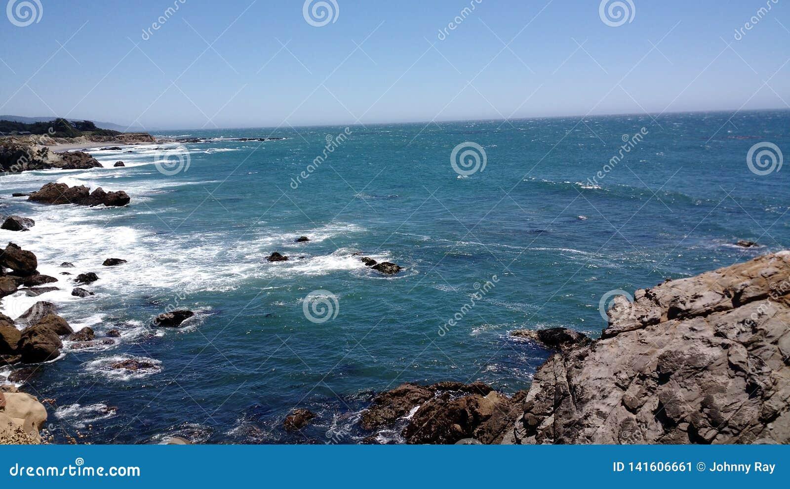De kustlijn van Californië naast de Vreedzame Oceaan
